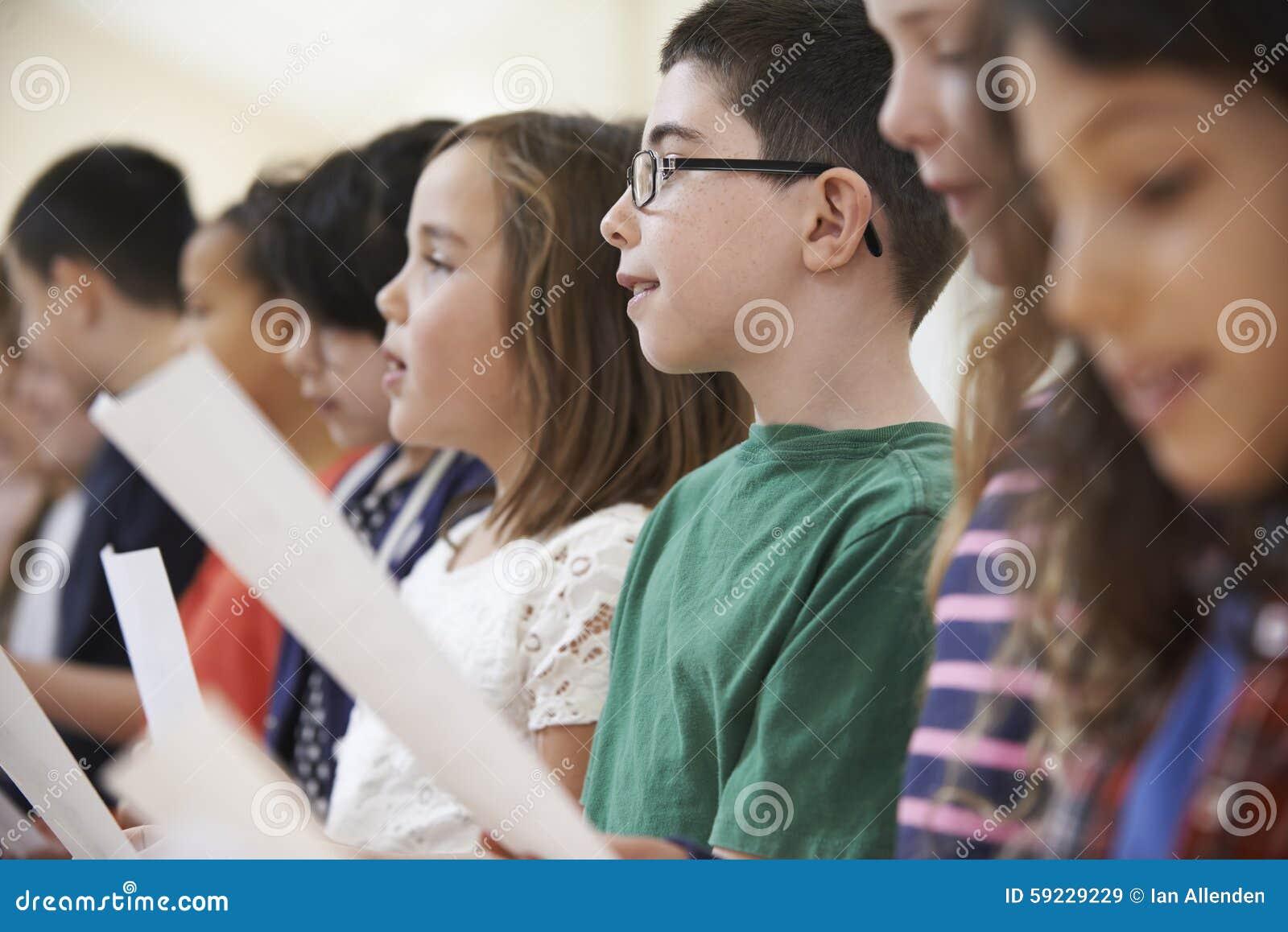 Download Grupo De Alumnos Que Cantan En Coro Junto Imagen de archivo - Imagen de menor, clase: 59229229