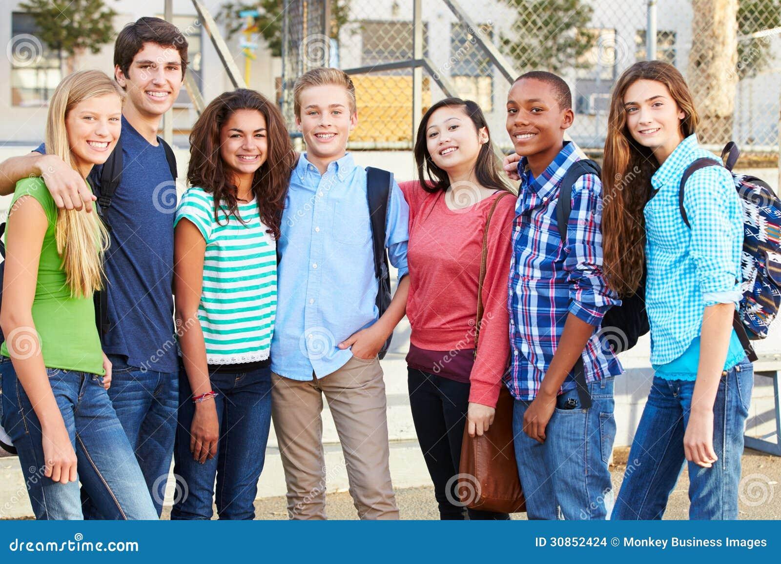 Grupo de alunos adolescentes fora da sala de aula