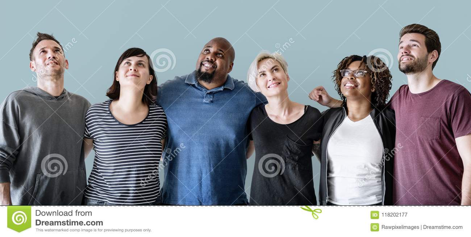 Grupo de amigo que está junto como trabalhos de equipa