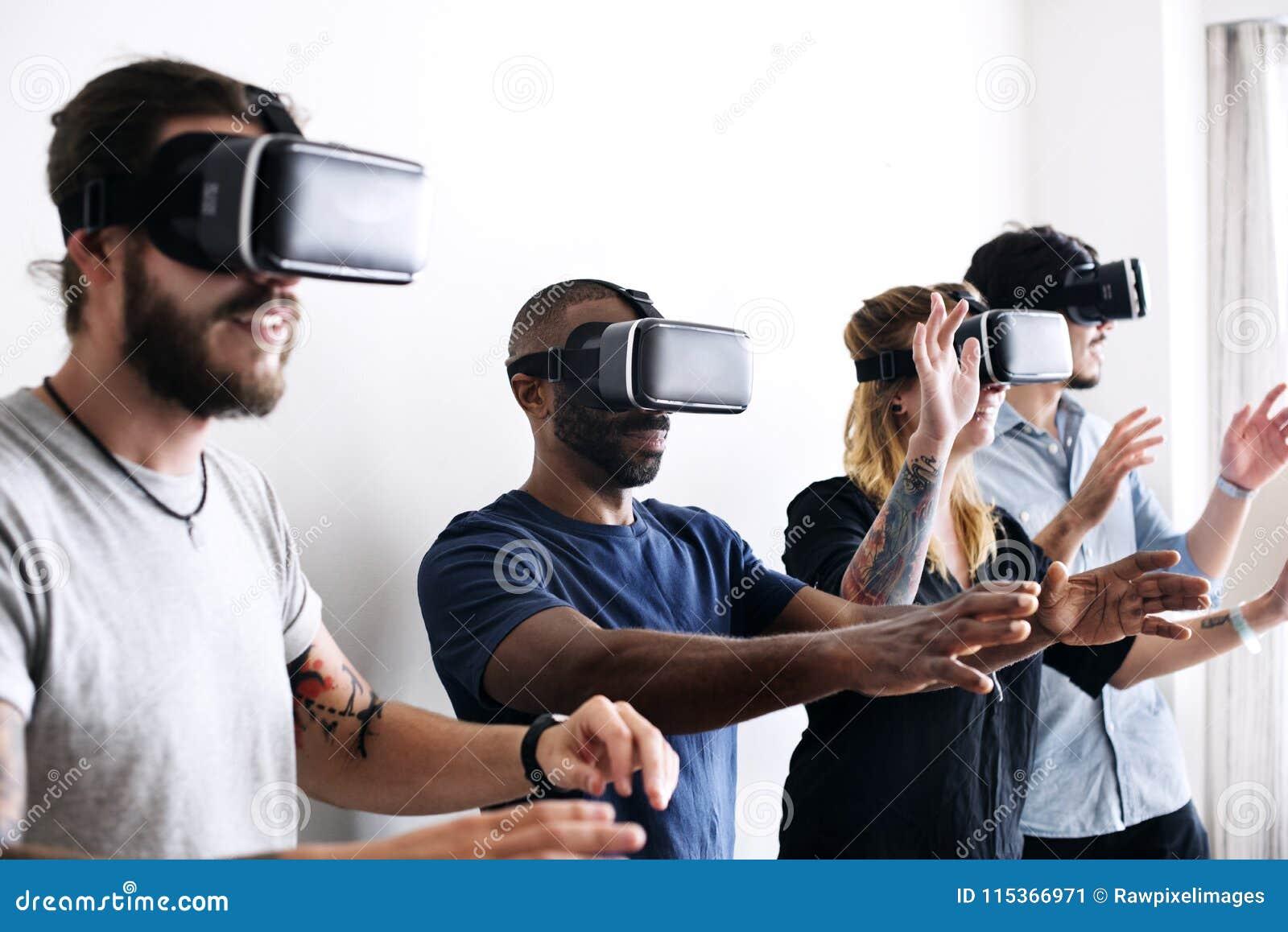 Grupo de amigos diversos que experimentam a realidade virtual com auriculares de VR