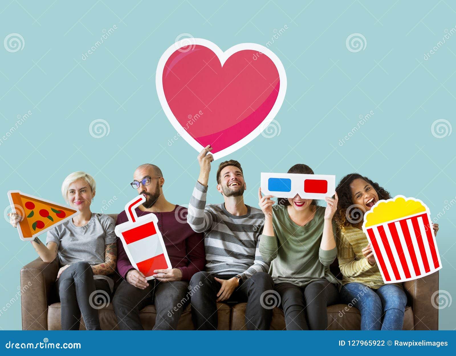 Grupo de amigos diversos que guardam emoticons do filme