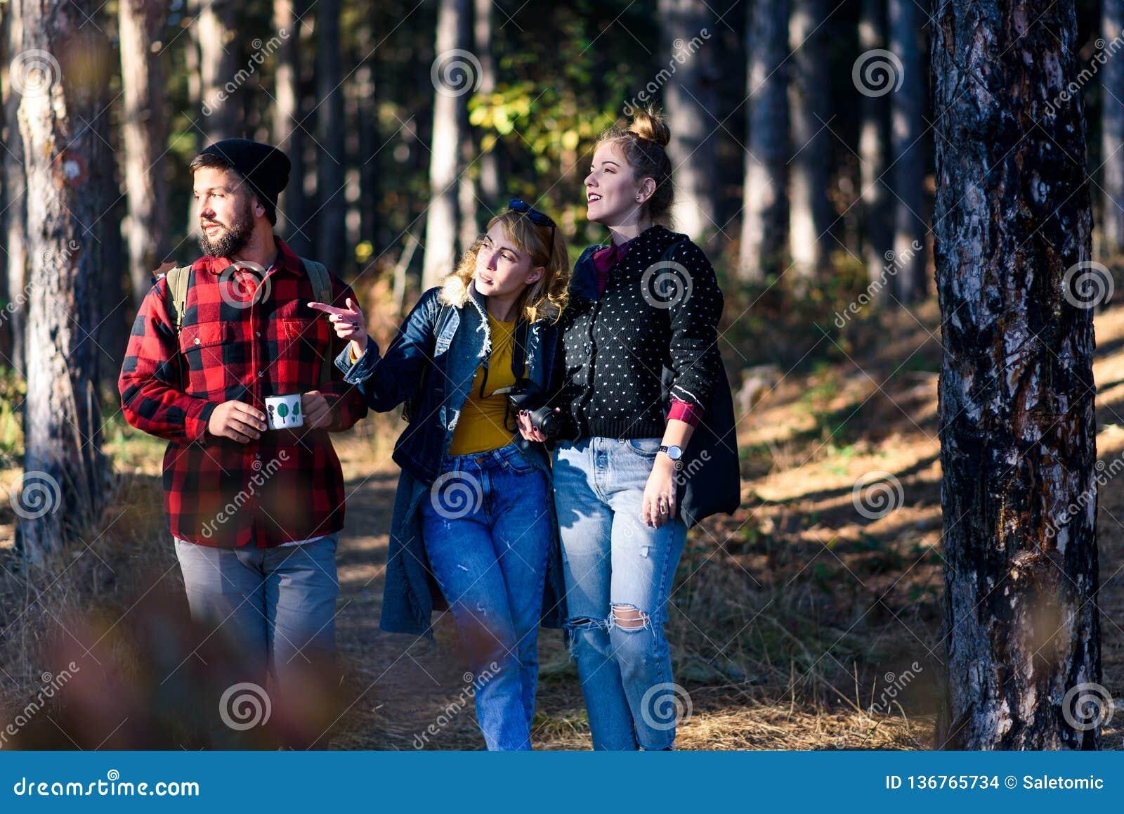 Grupo de amigos em uma viagem de caminhada