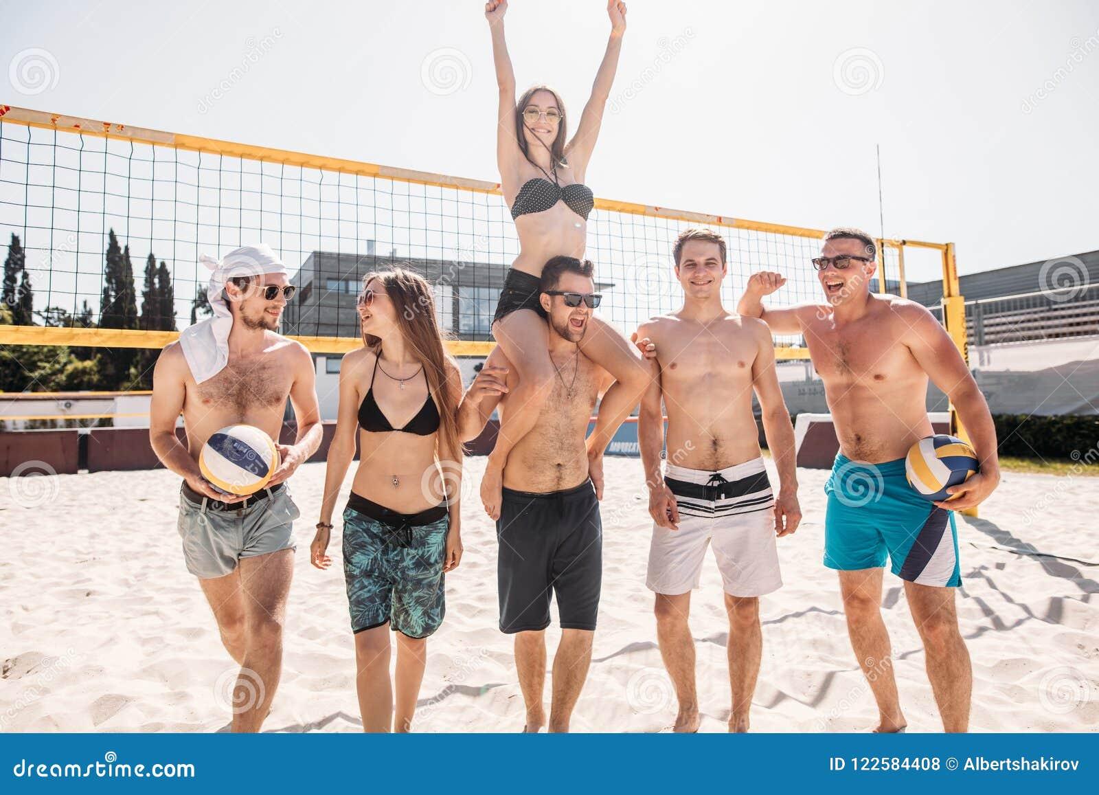 Grupo De Amigos Felices Jovenes Que Caminan En Corte De Voleibol De