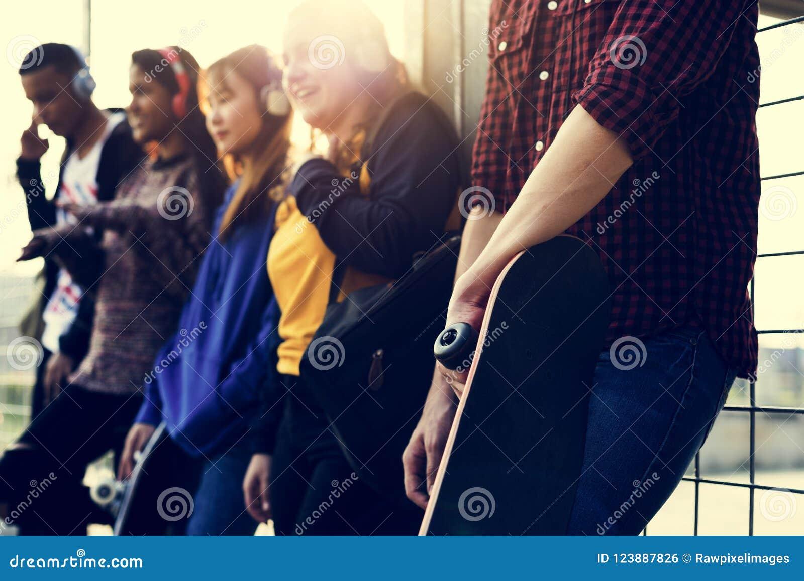 Grupo de amigos fora engodo do lazer do estilo de vida da escola e da música