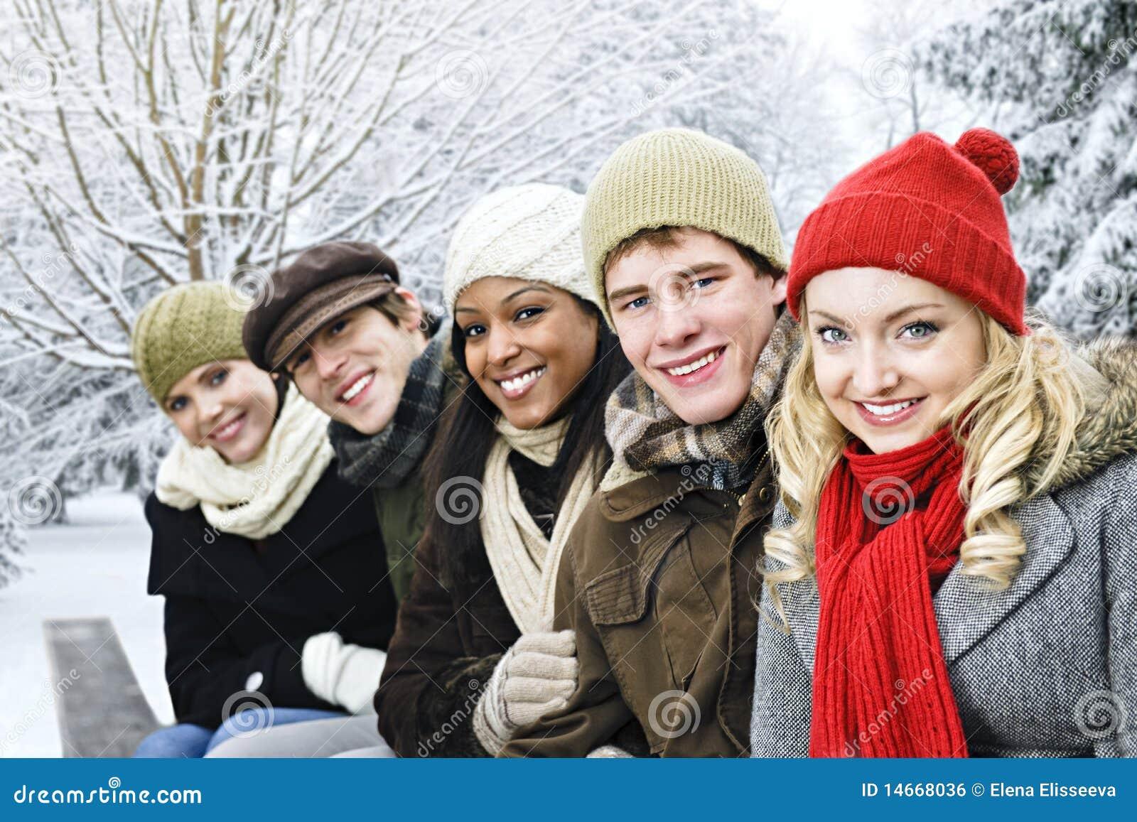 Grupo de amigos fora no inverno
