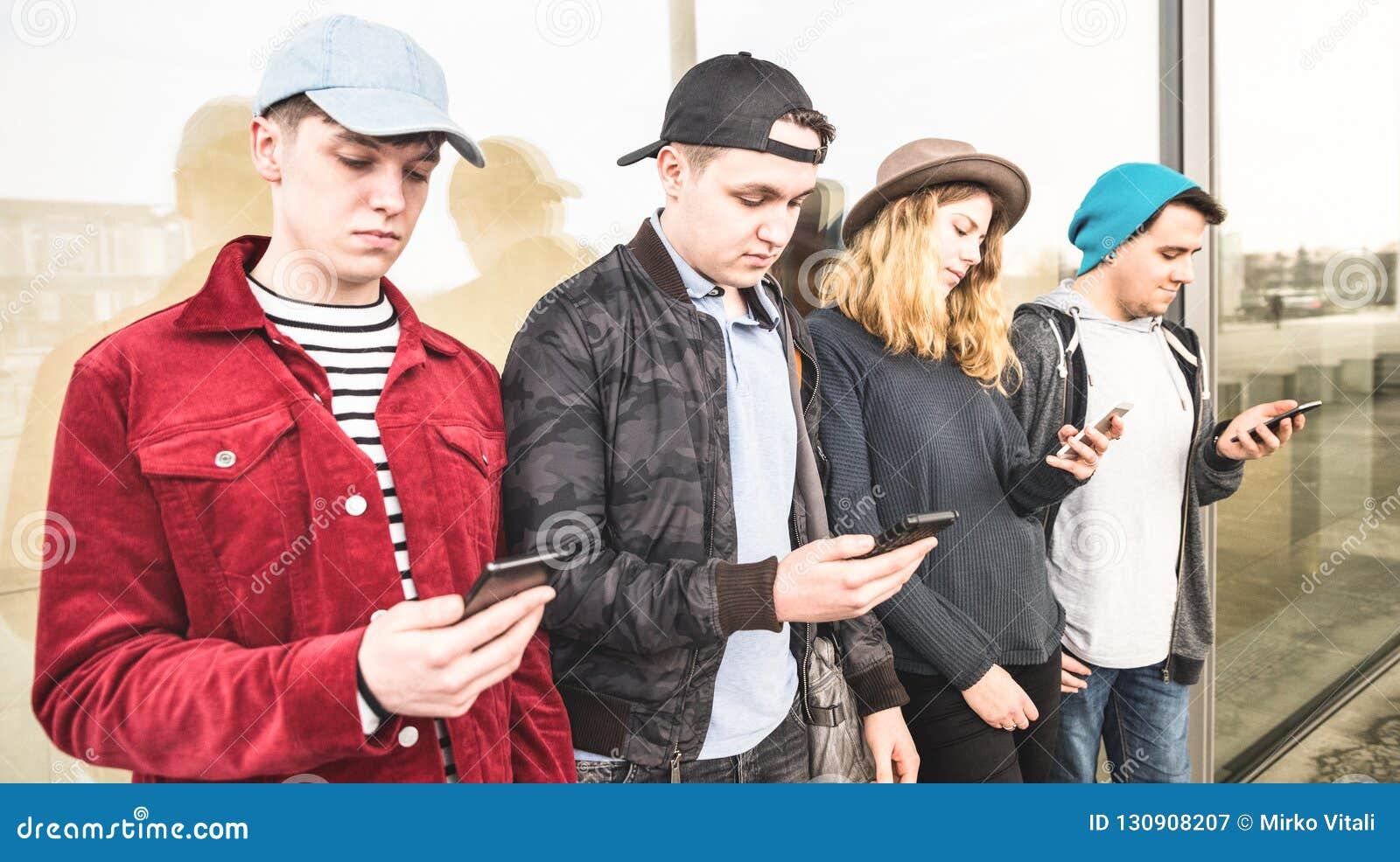 Grupo de amigos multiculturales que usan smartphone en la Universidad