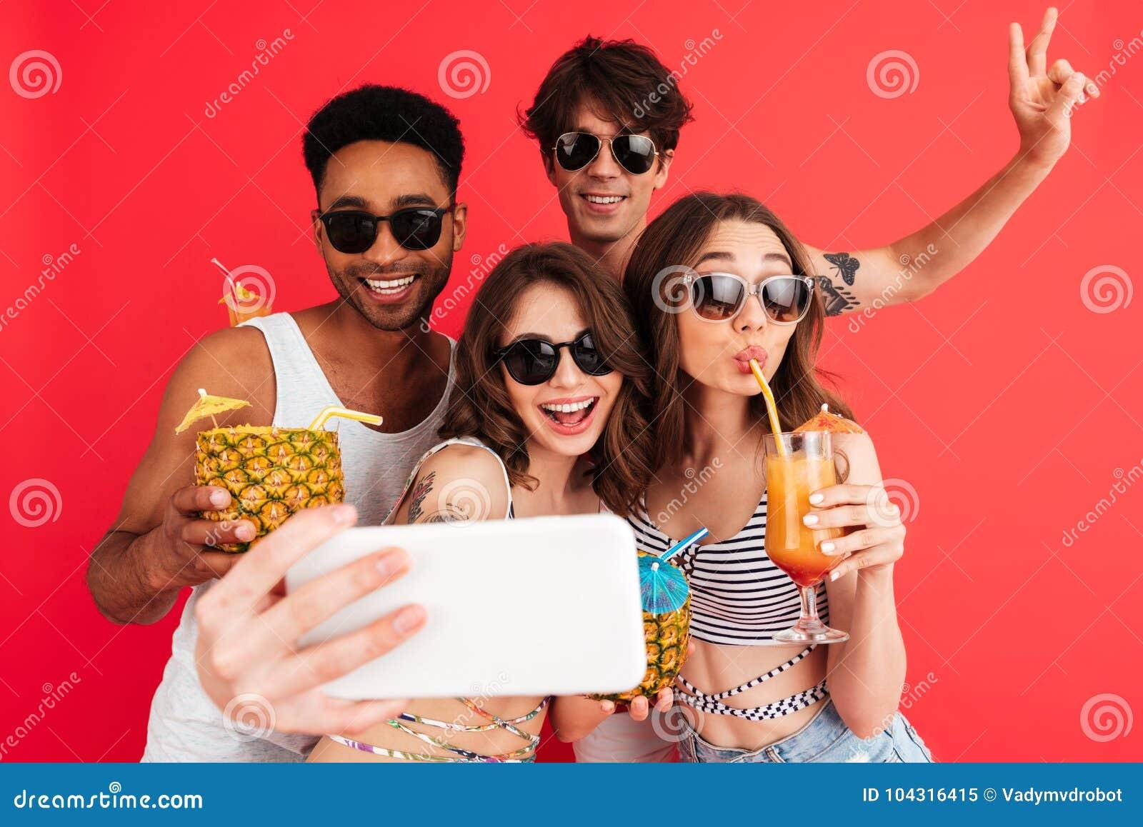 Grupo de amigos multirraciales jovenes felices