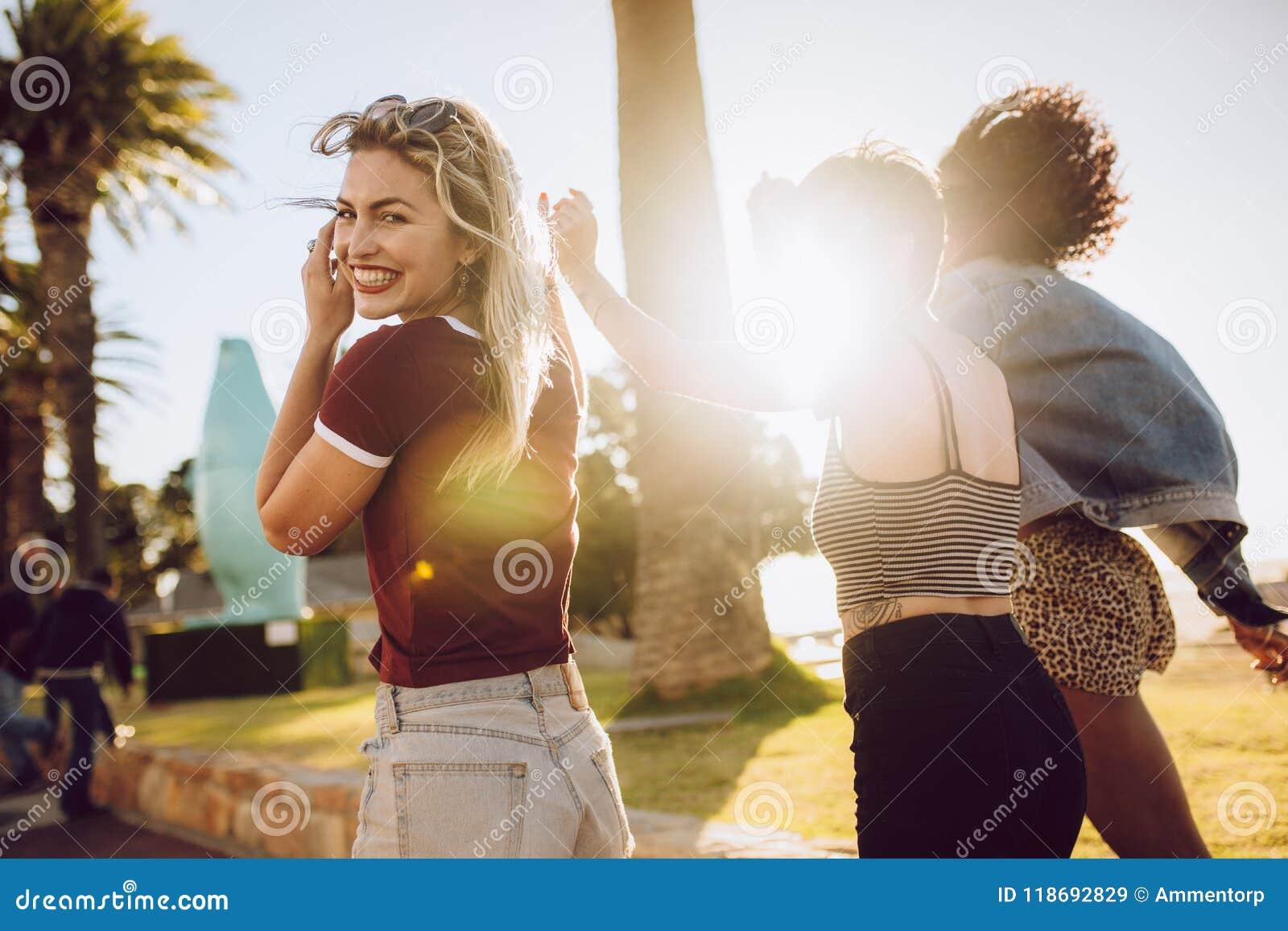 Grupo de amigos que apreciam-se em um parque
