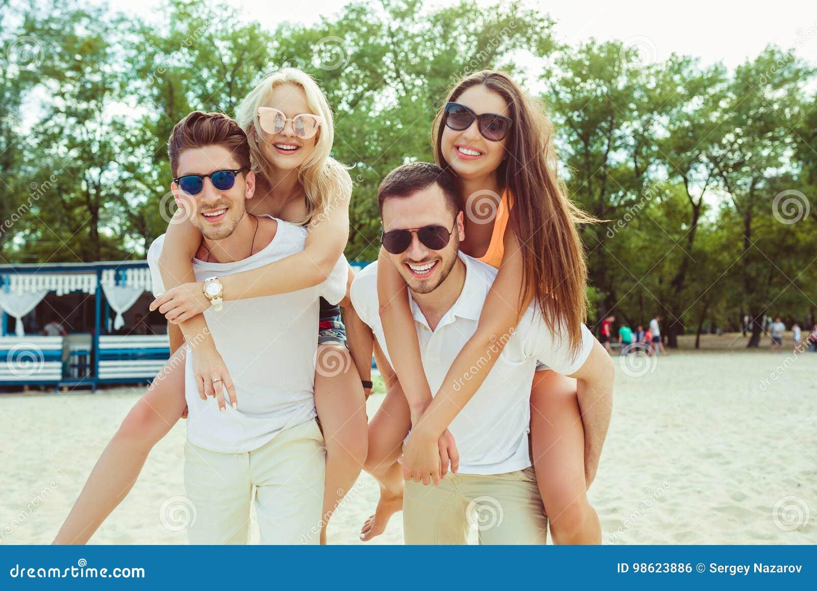 Grupo De Amigos Que Caminan A Lo Largo De La Playa Con Los Hombres