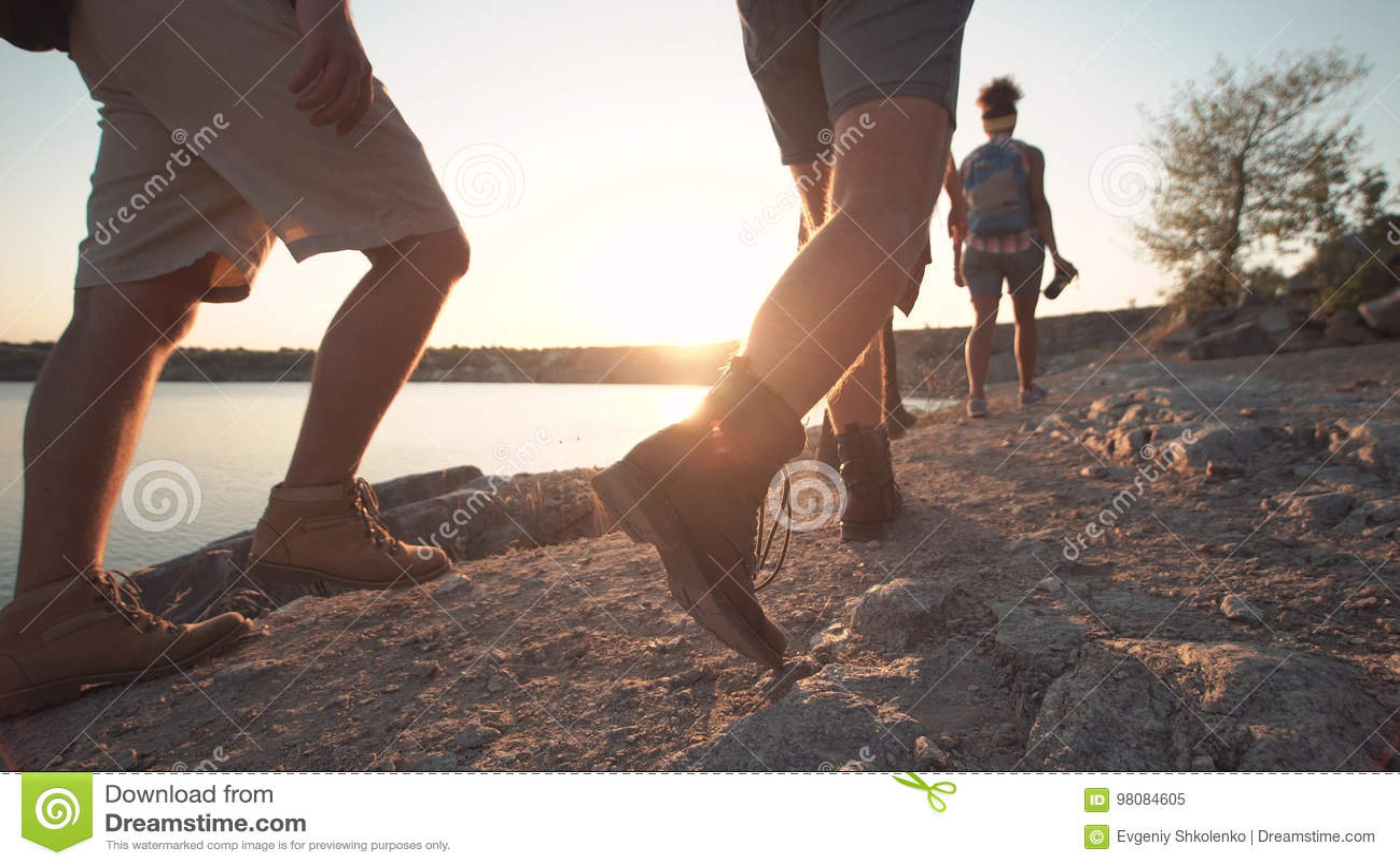 Grupo de amigos que caminham no litoral rochoso