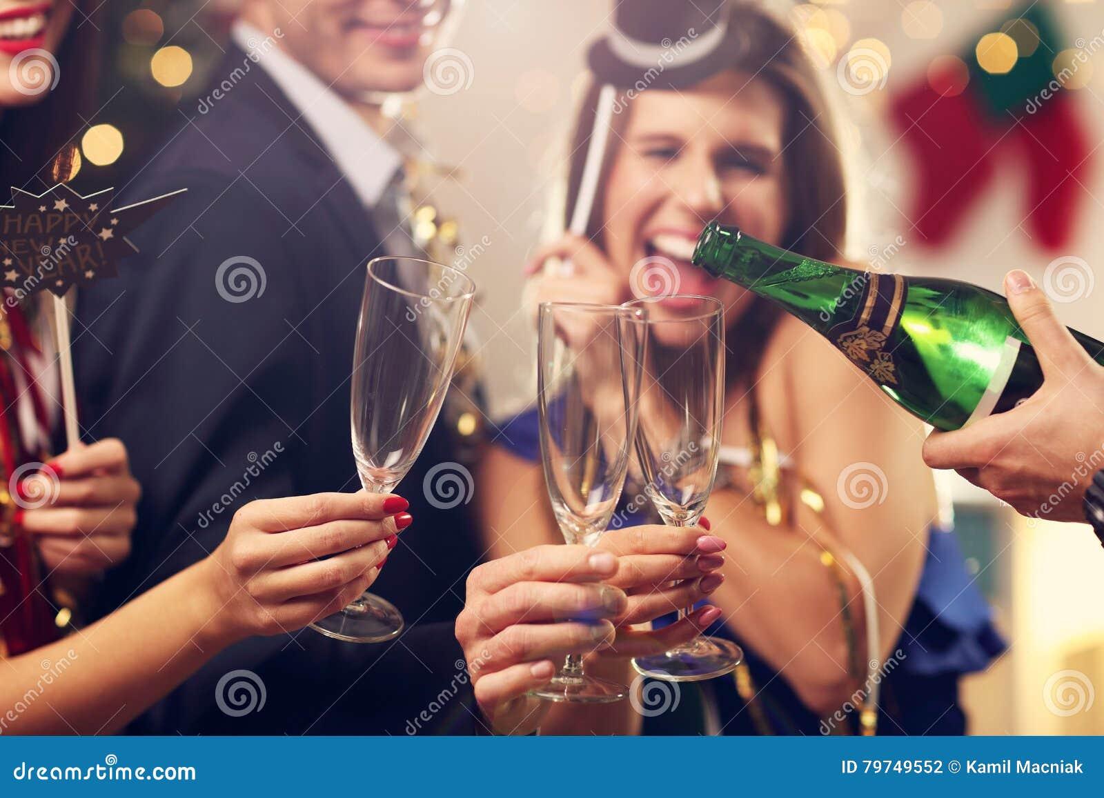 Grupo de amigos que celebran Año Nuevo