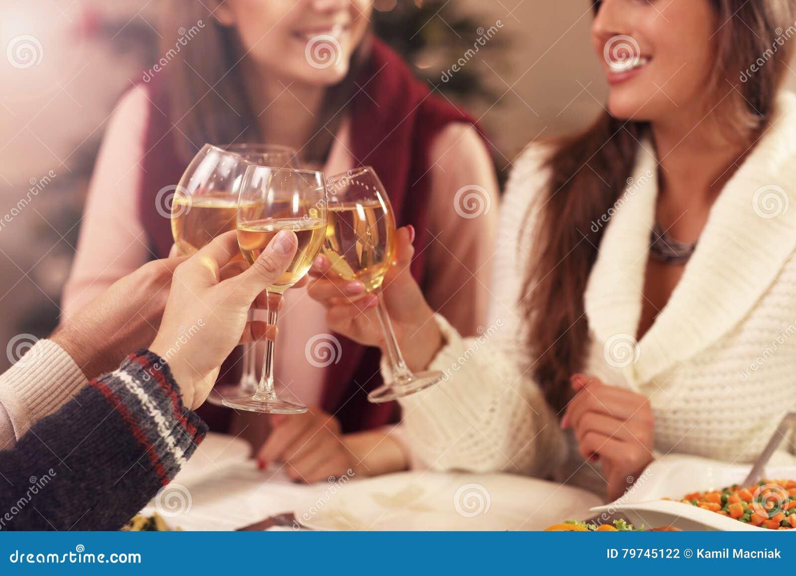 Grupo de amigos que celebran la Navidad