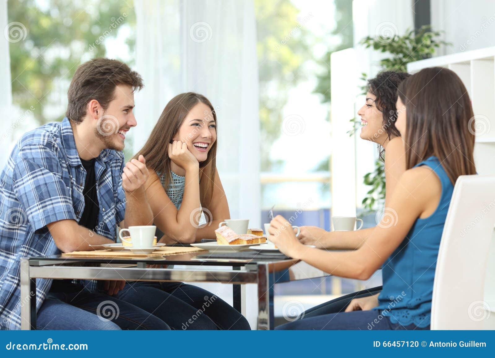 Grupo de amigos que encontram-se em casa