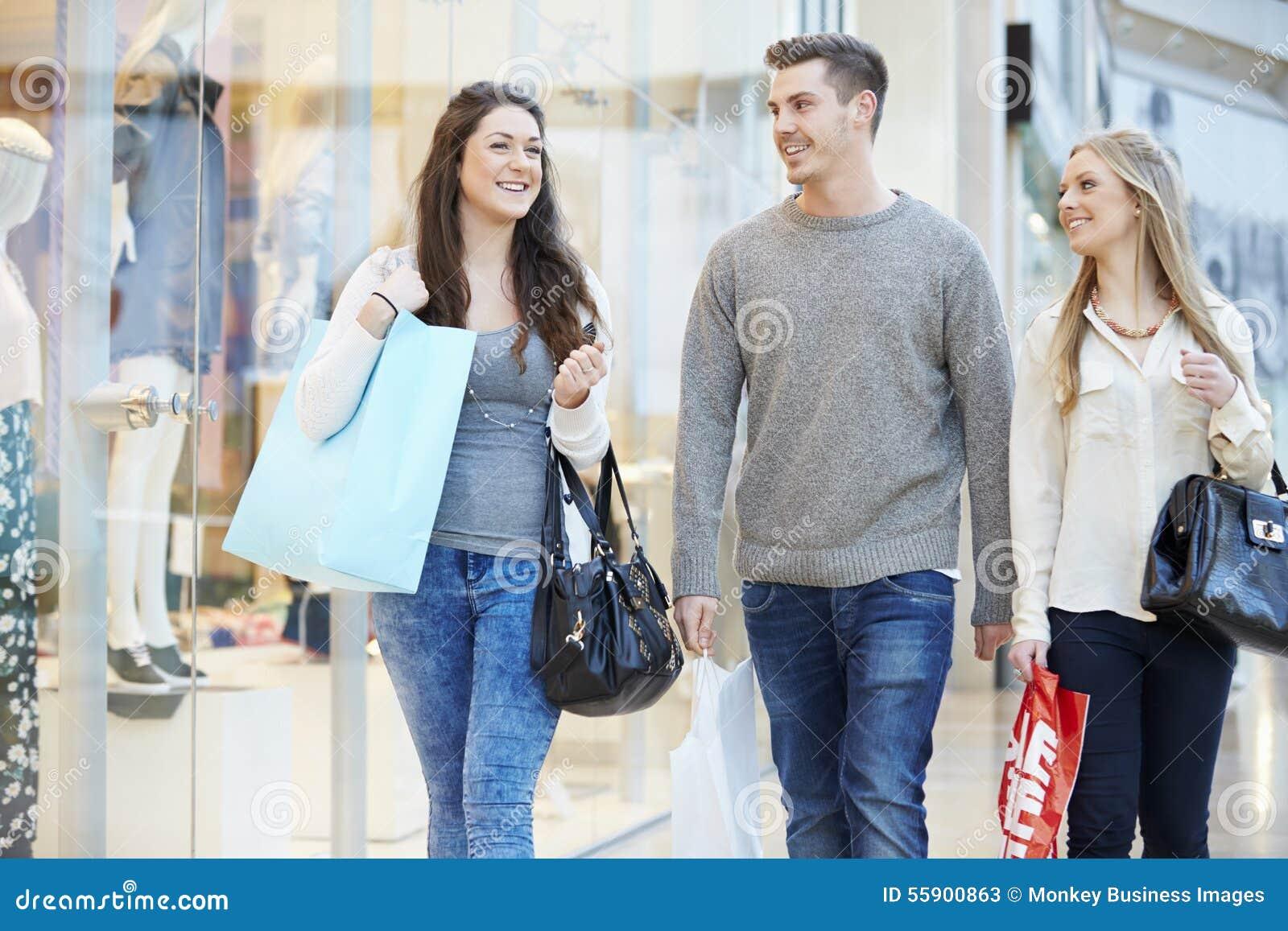 Grupo de amigos que hacen compras en alameda junto