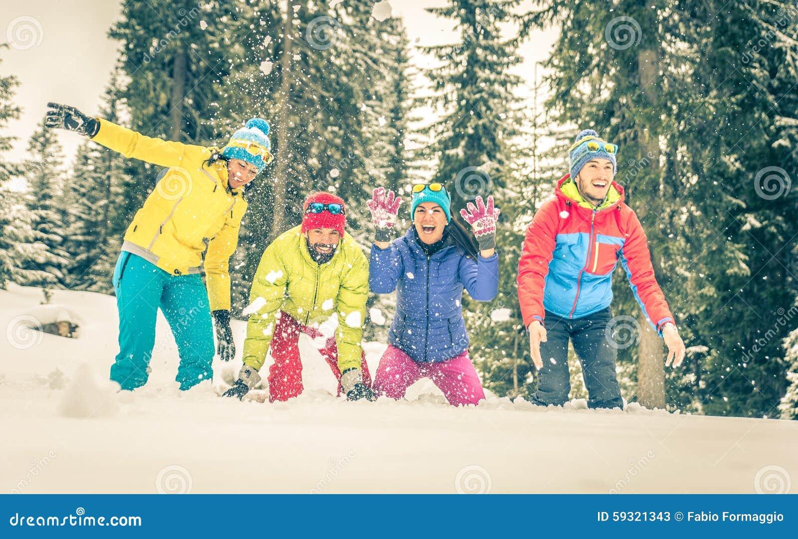 Grupo de amigos que juegan en la nieve