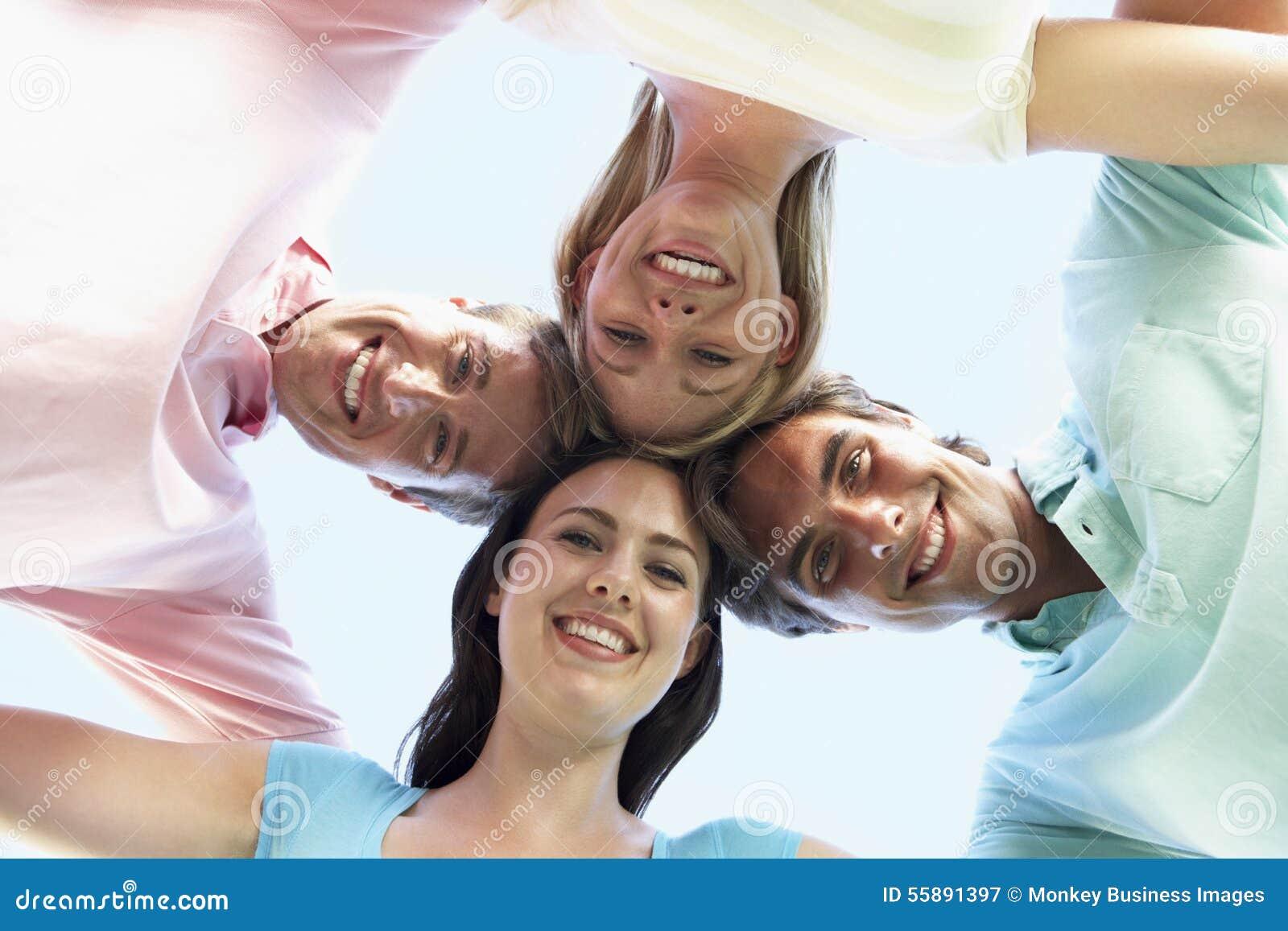 Grupo de amigos que olham para baixo na câmera