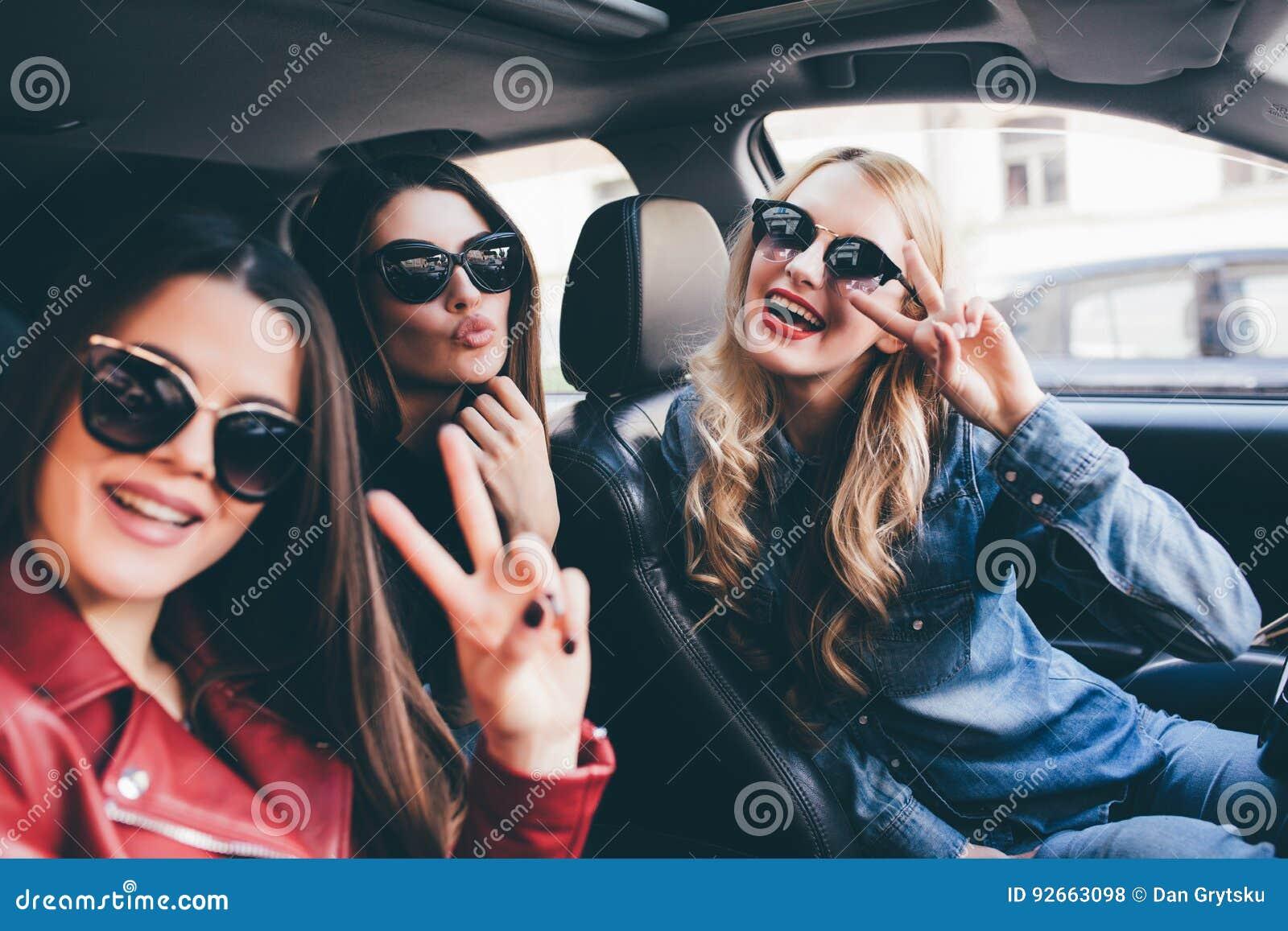 Grupo de amigos que se divierten en el coche Canto y risa en la ciudad