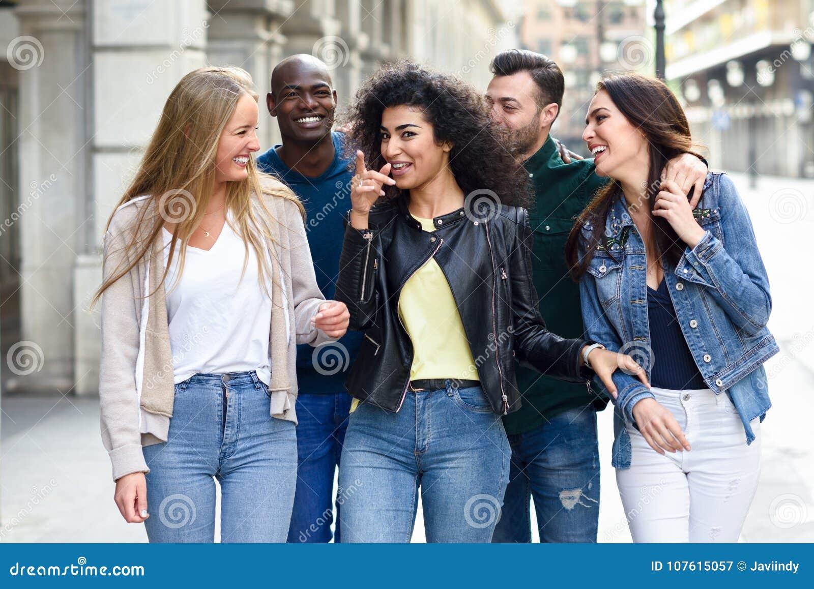 Grupo de amigos que se divierten junto al aire libre