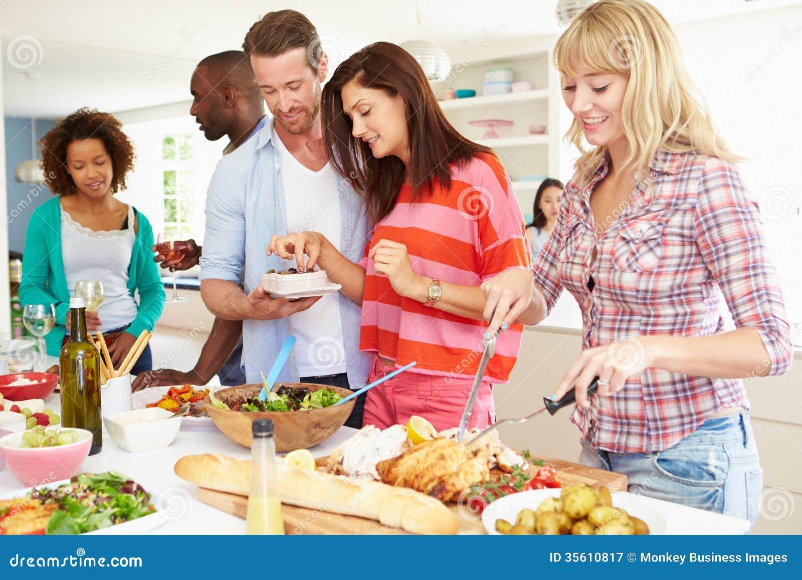 Grupo de amigos que têm o partido de jantar em casa