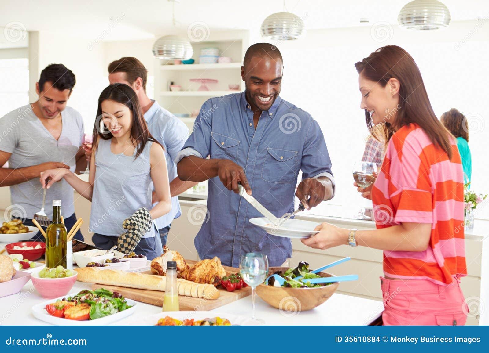 Grupo de amigos que tienen partido de cena en casa - Menu cena amigos en casa ...