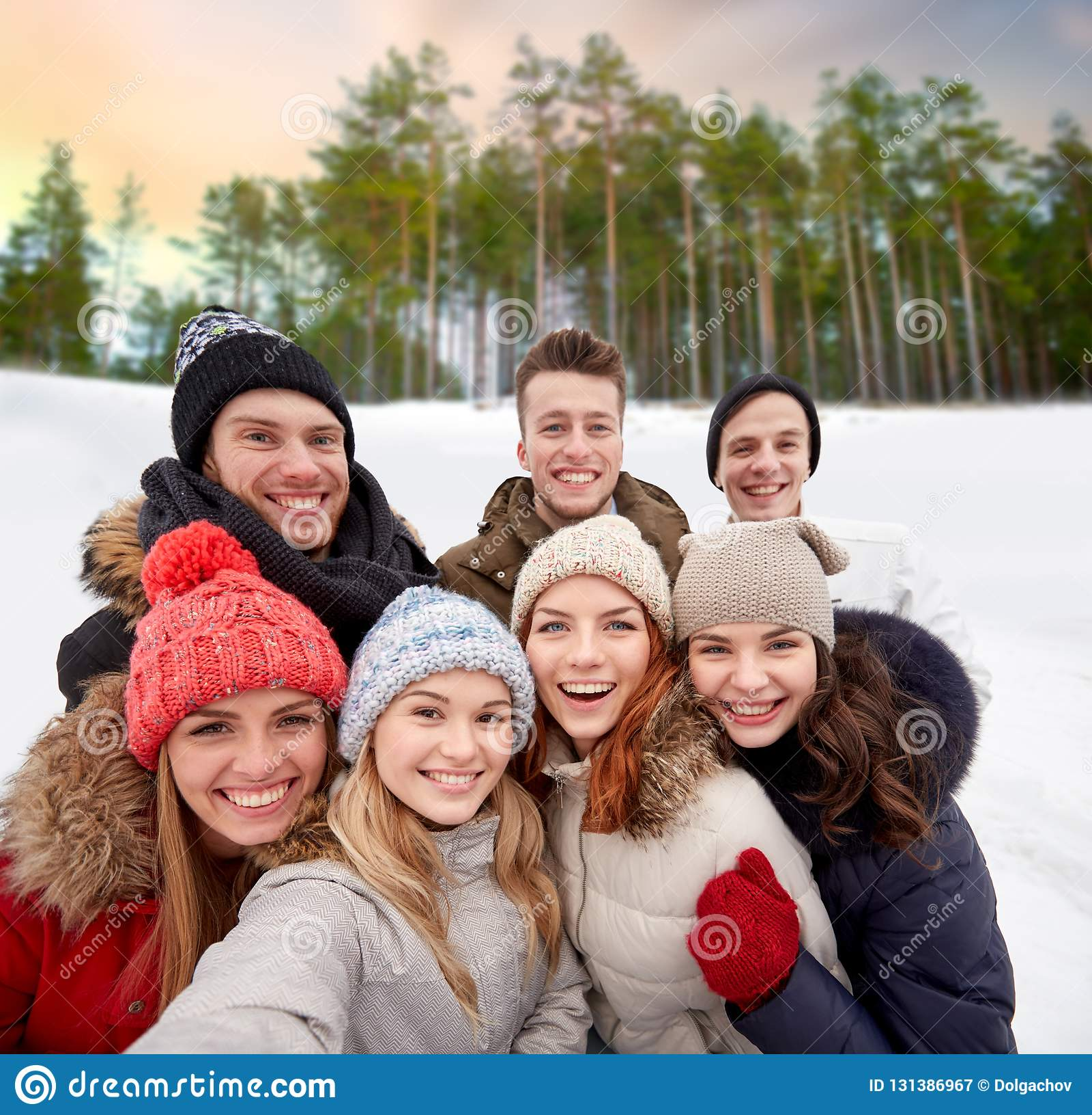Grupo de amigos que toman el selfie al aire libre en invierno