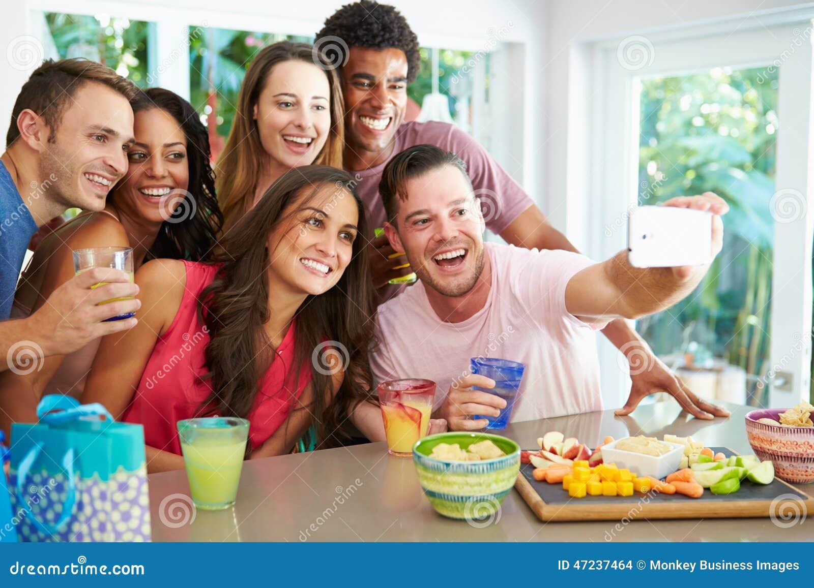 Grupo de amigos que toman Selfie mientras que celebra cumpleaños
