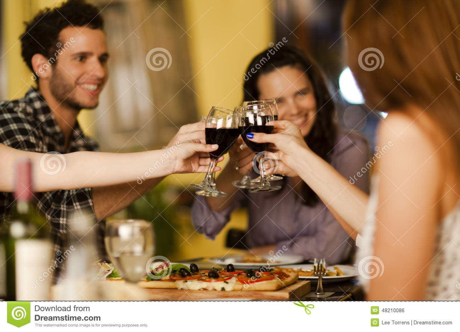 Grupo de amigos que tuestan con el vino