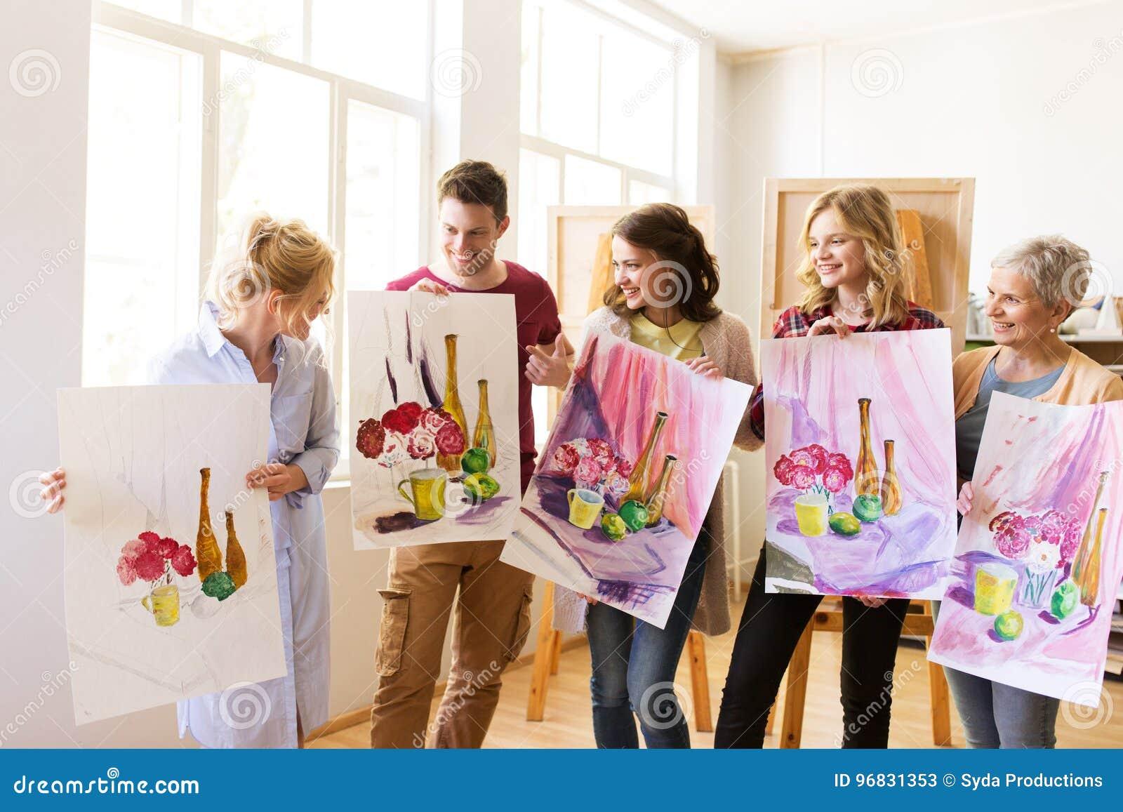 Grupo de artistas com imagens na escola de arte