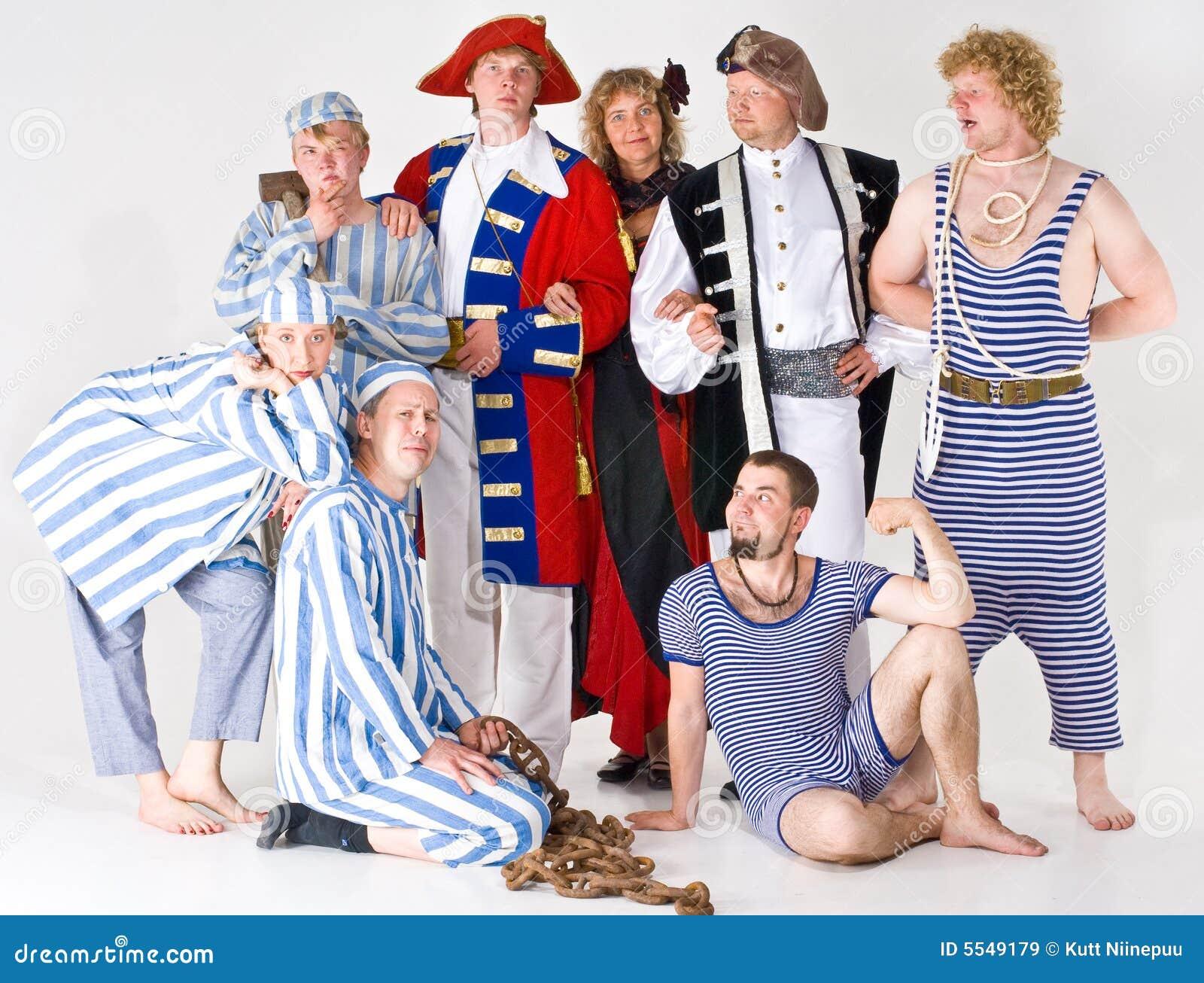 Grupo de atores no traje
