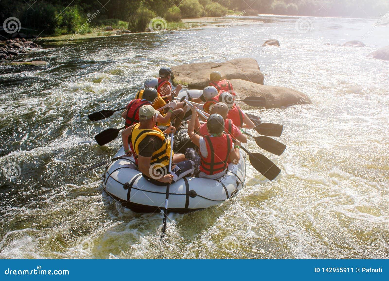 Grupo de aventurero que disfruta de transportar en balsa del agua