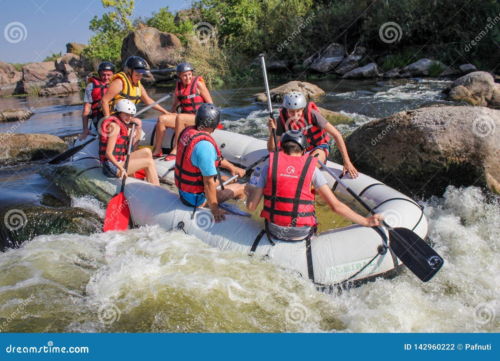 Grupo de aventurero que goza del agua que transporta actividad en balsa en el río meridional del insecto