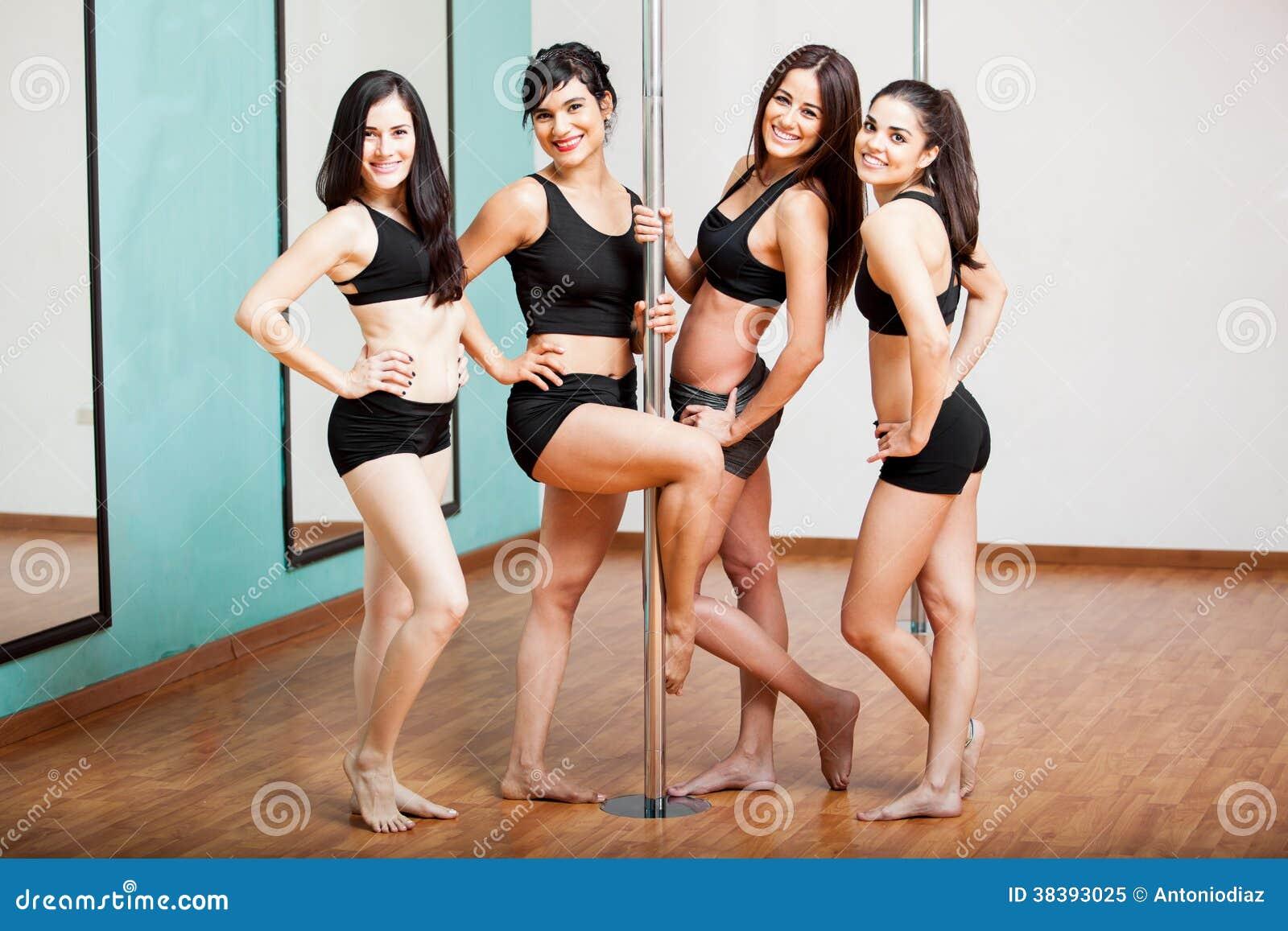 Grupo de bailarines del polo que se divierten