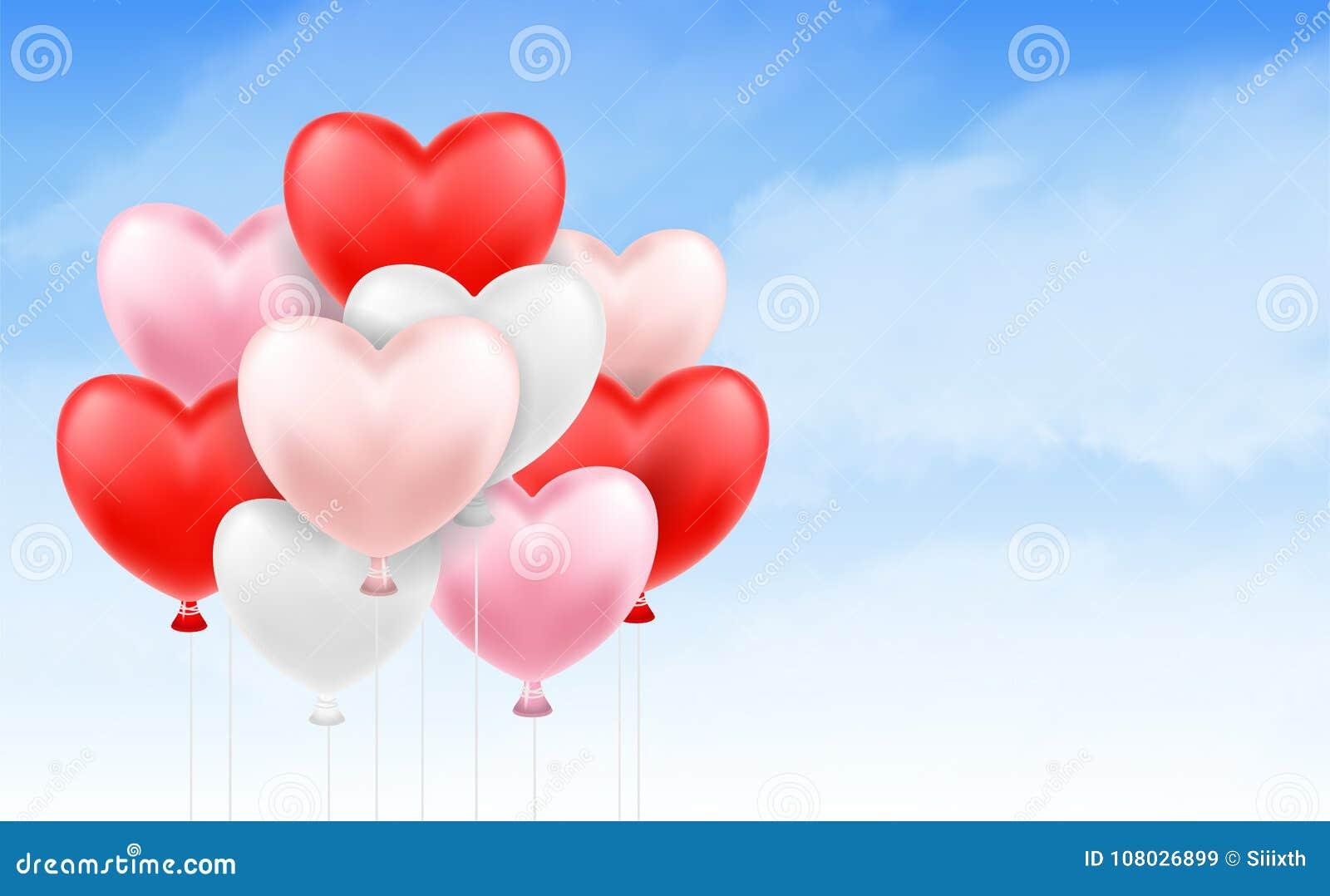 Grupo de balão do coração que flutua no céu azul