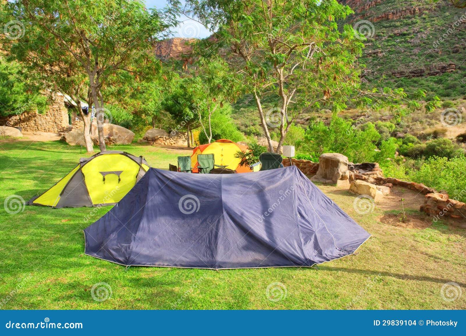 Grupo de barracas no vale