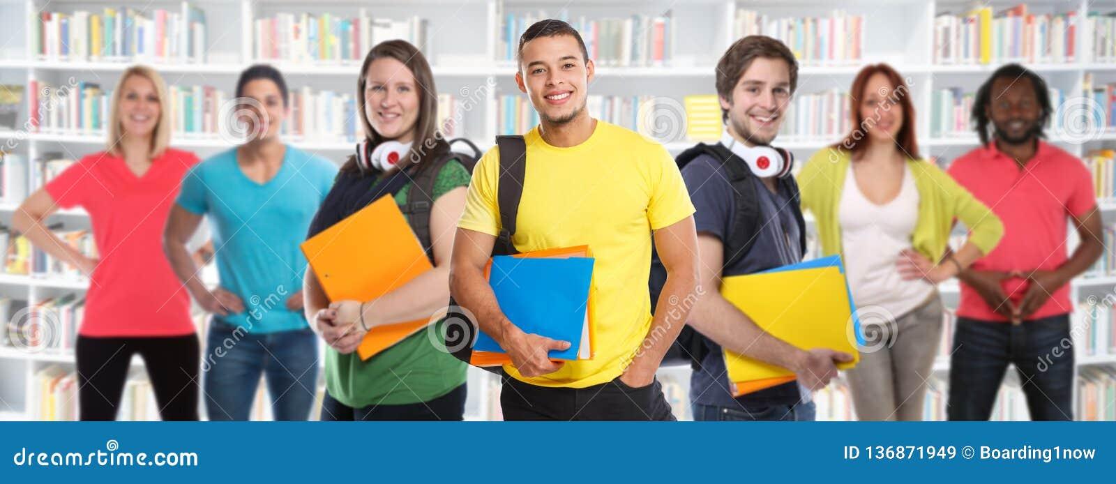 Grupo de biblioteca dos estudos dos jovens da estudante universitário dos estudantes que aprende o sorriso da educação da bandeir