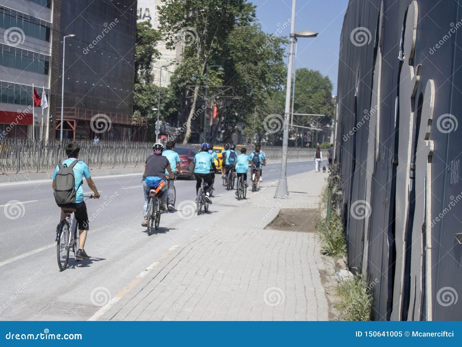 Grupo de bicicletas na borda da estrada