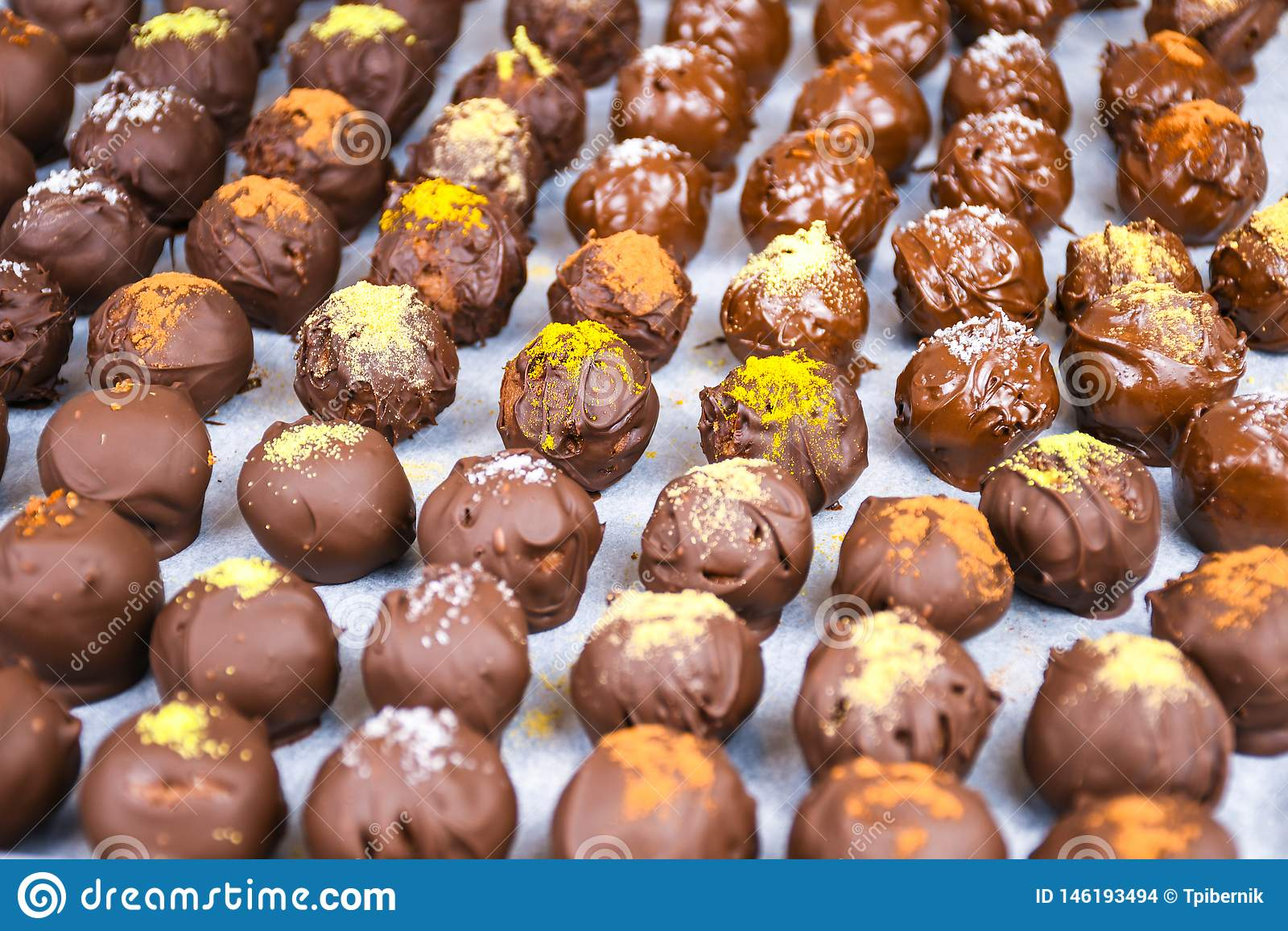 Grupo de bolas caseiros doces e saborosos do chocolate em um papel de suportação