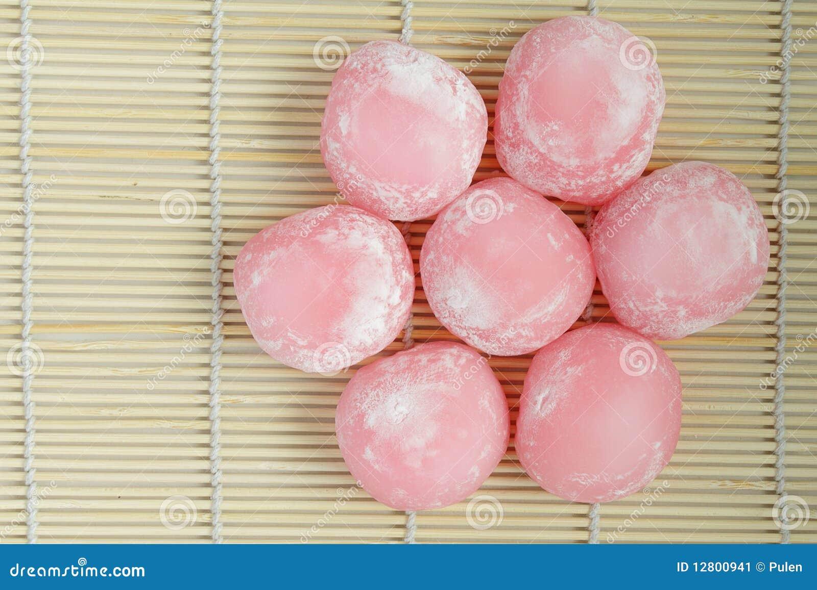 Grupo de bolos de arroz japoneses cor-de-rosa