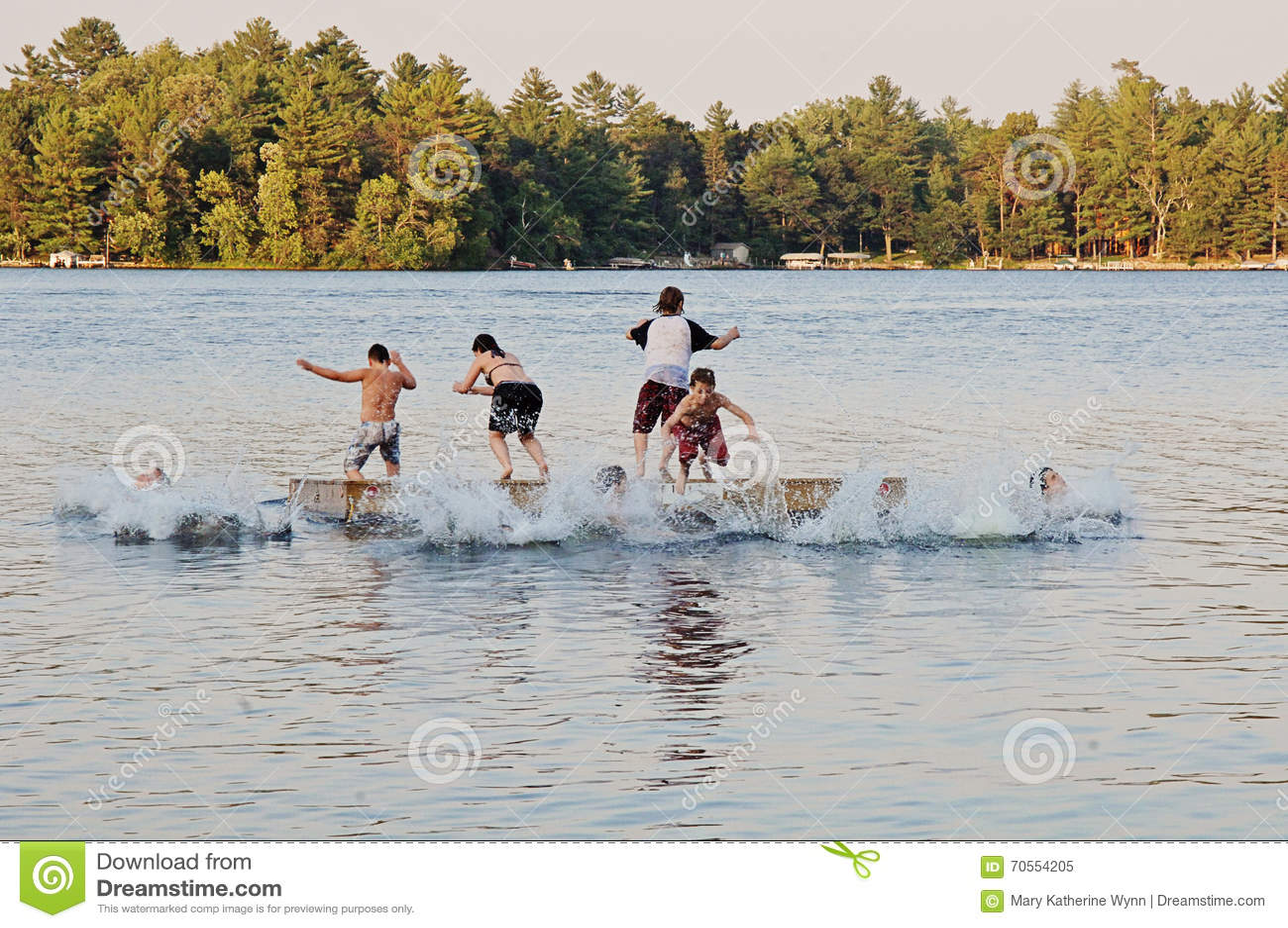 Grupo de cabritos que saltan en el lago