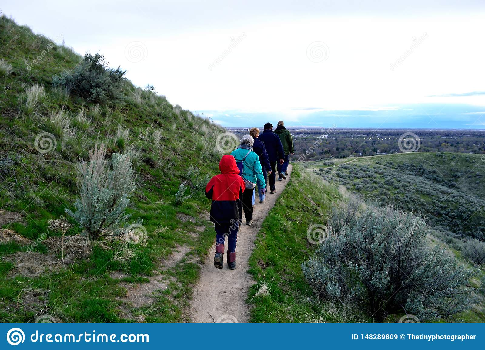 Grupo de caminantes en Boise Foothills al norte de la ciudad