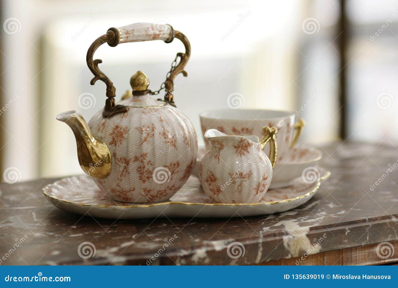 Grupo de chá da porcelana das antiguidades no mármore