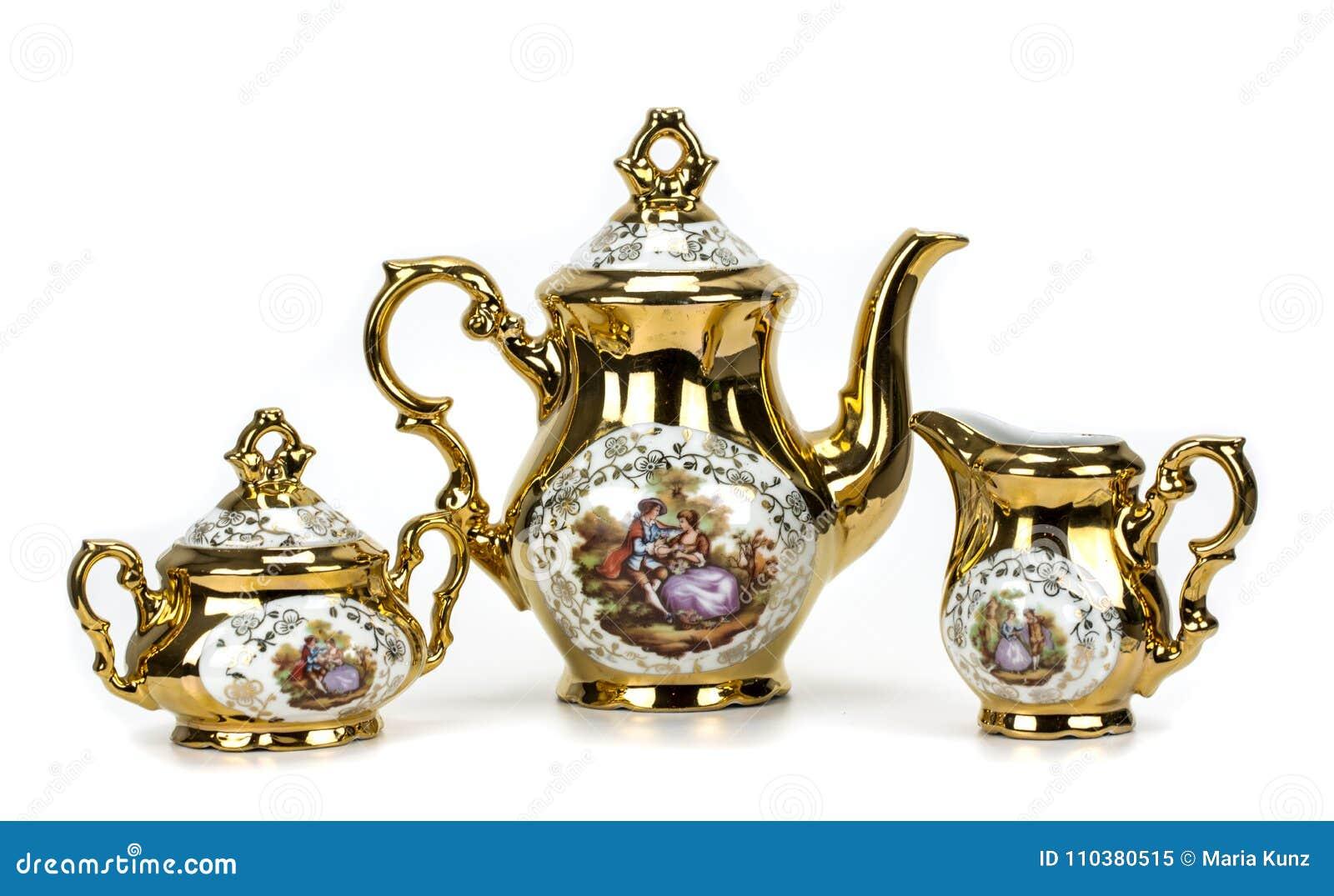 Grupo de chá da porcelana no branco