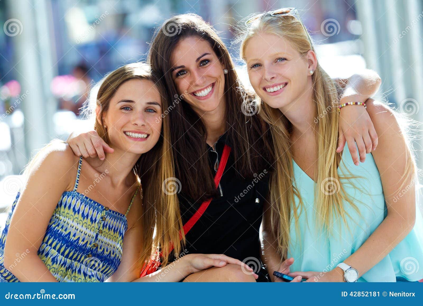 Grupo De Chicas Jóvenes Hermosas En La Calle Día De Las