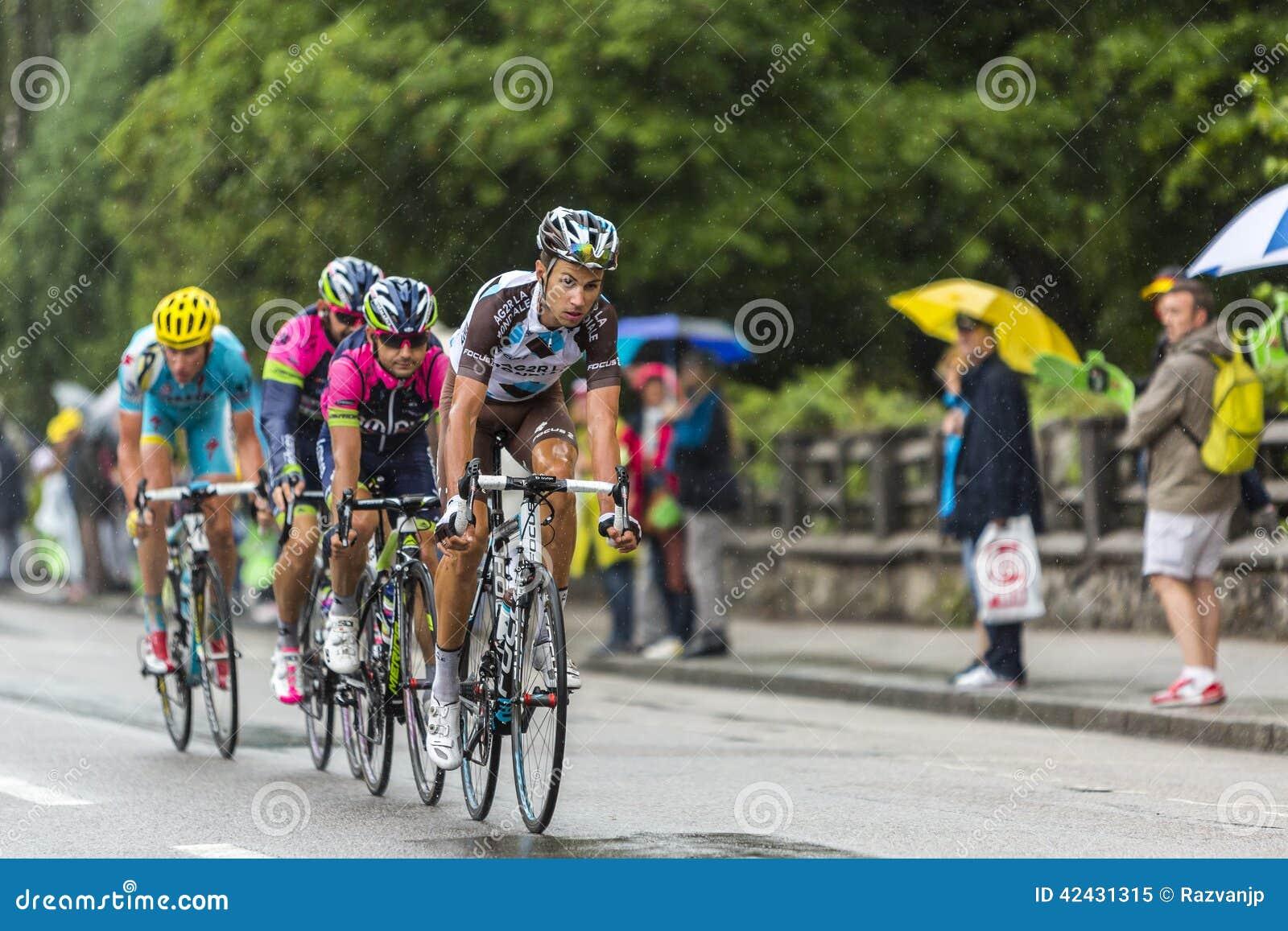 Grupo de ciclistas que montan en la lluvia