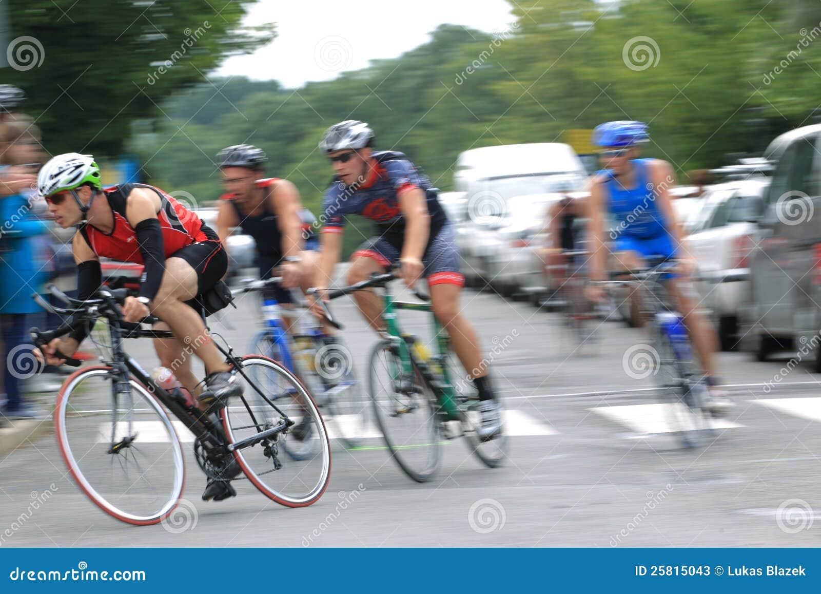Grupo de ciclo en el triathlon 2012 de Praga