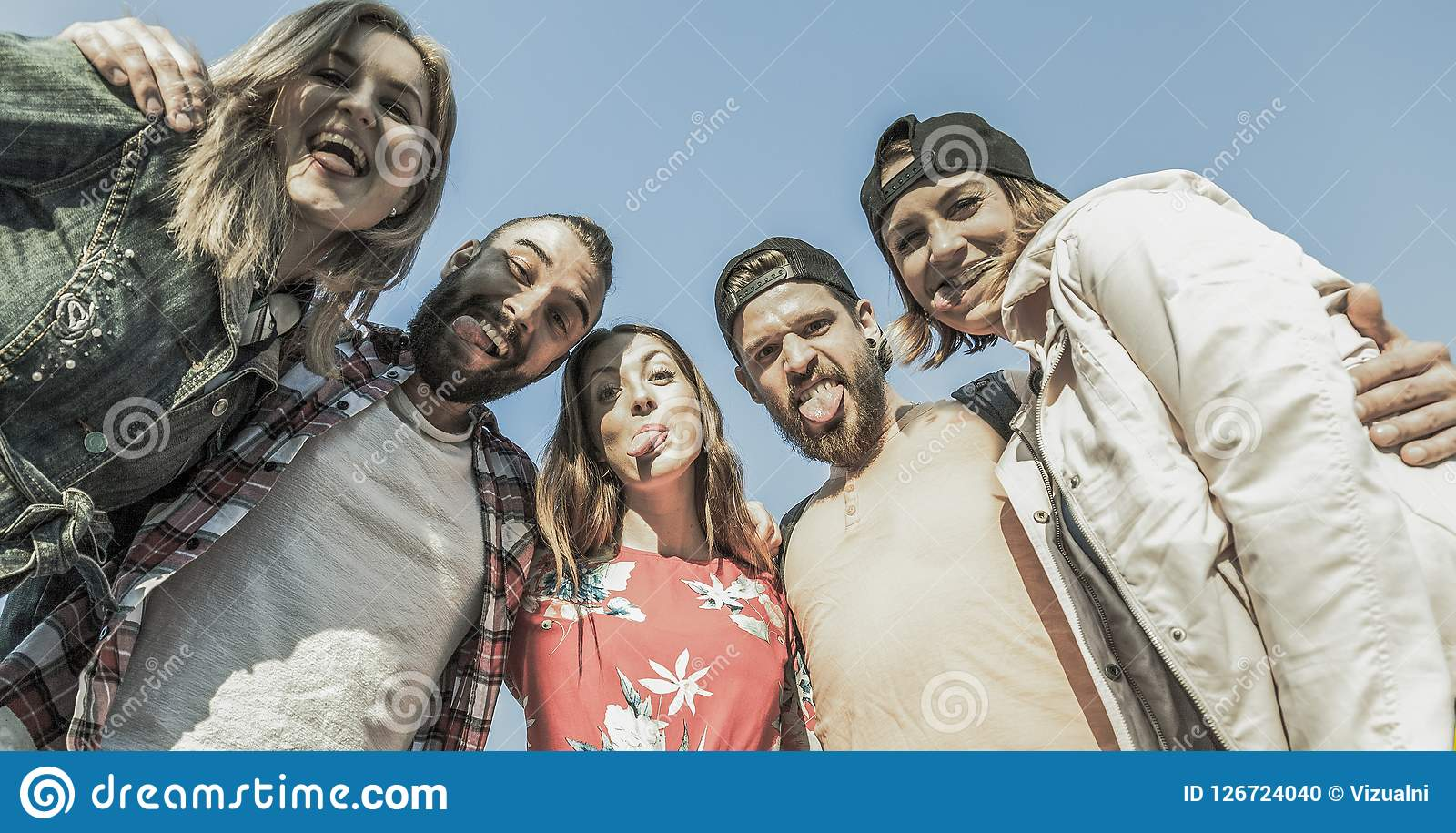 Grupo de cinco amigos que hacen caras tontas