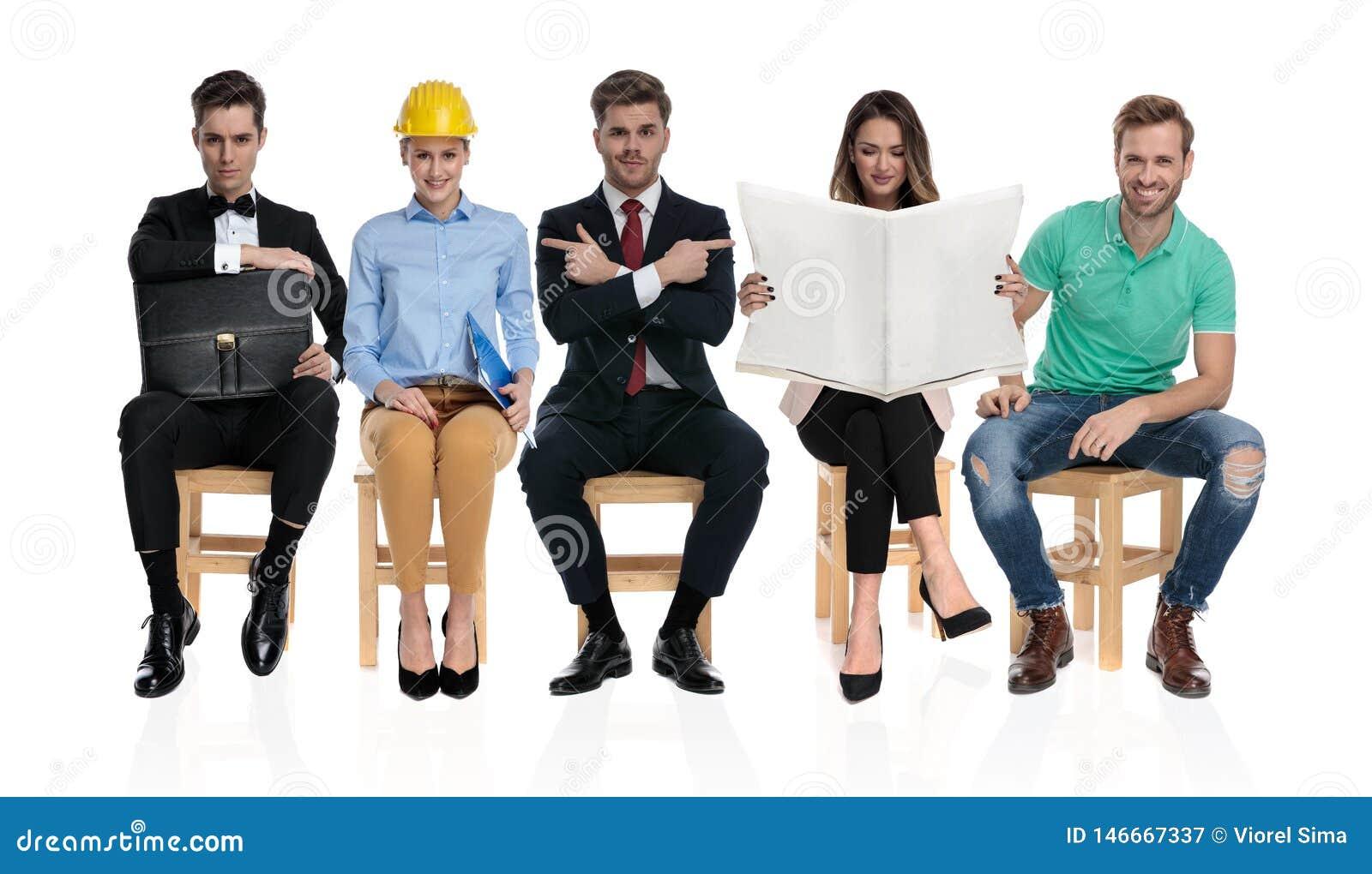 Grupo de cinco povos diferentes que esperam uma entrevista de trabalho