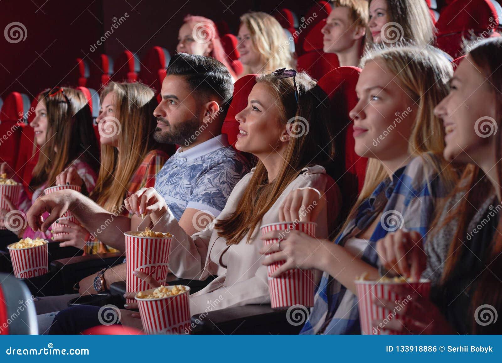 Grupo de comedia de observación femenina en cine