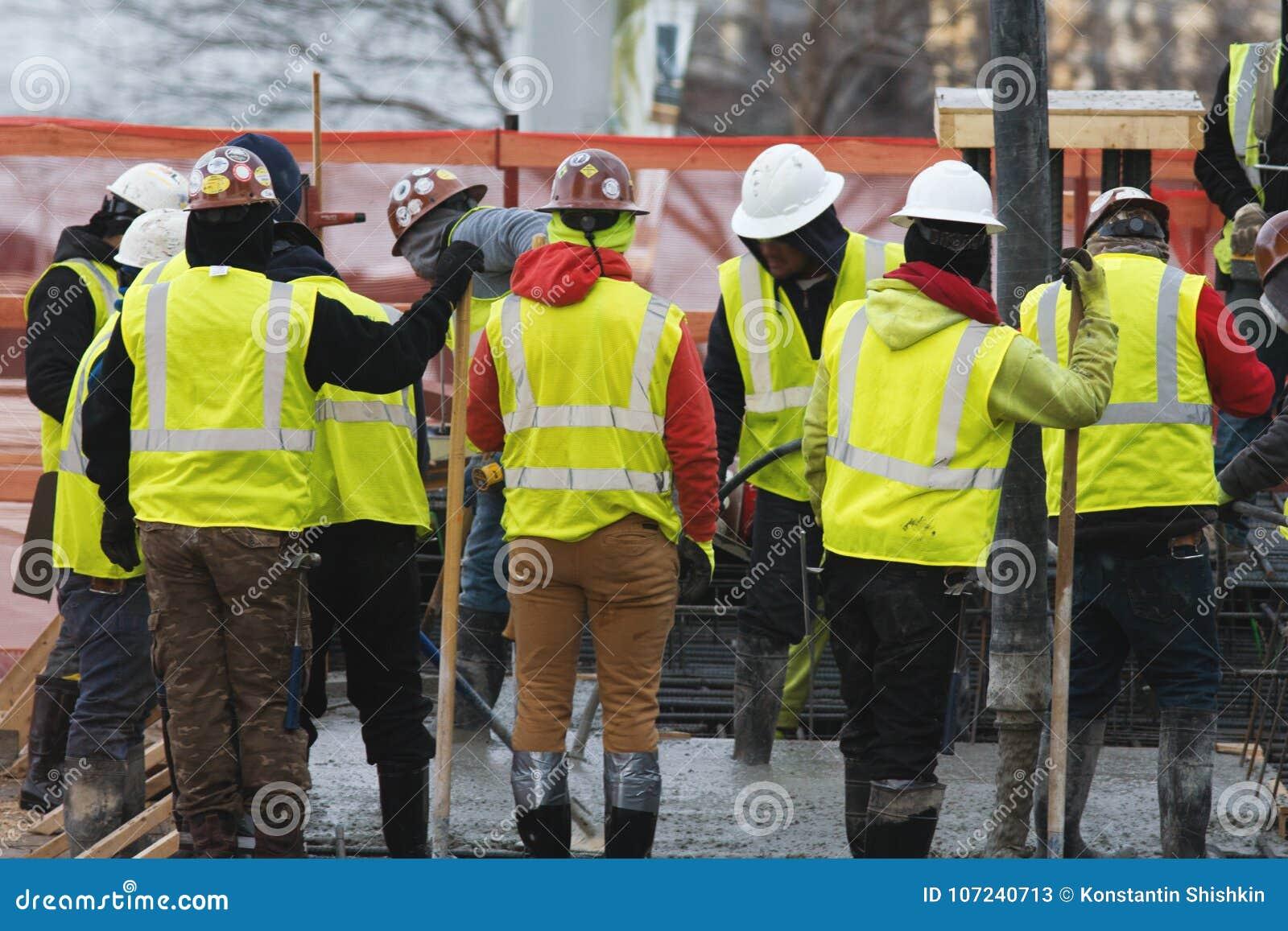 Grupo de construtores em um canteiro de obras