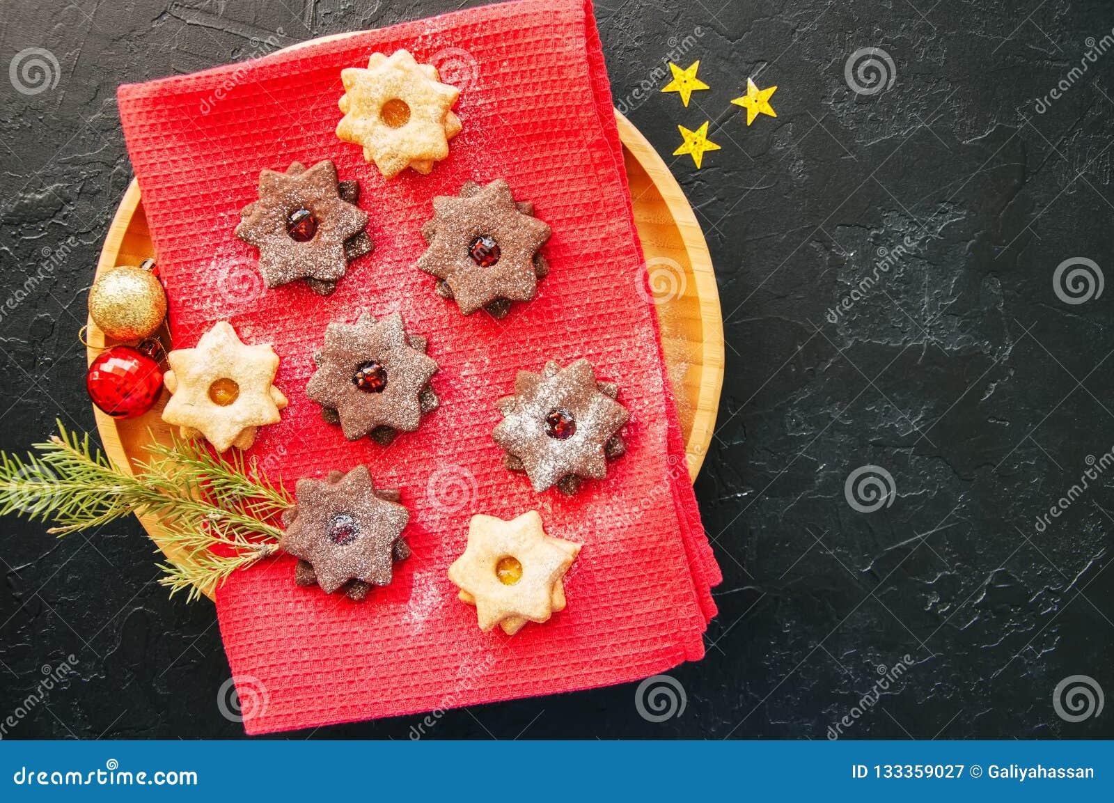 Grupo de cookies do linzer do chocolate e da baunilha em uma placa parte superior vi